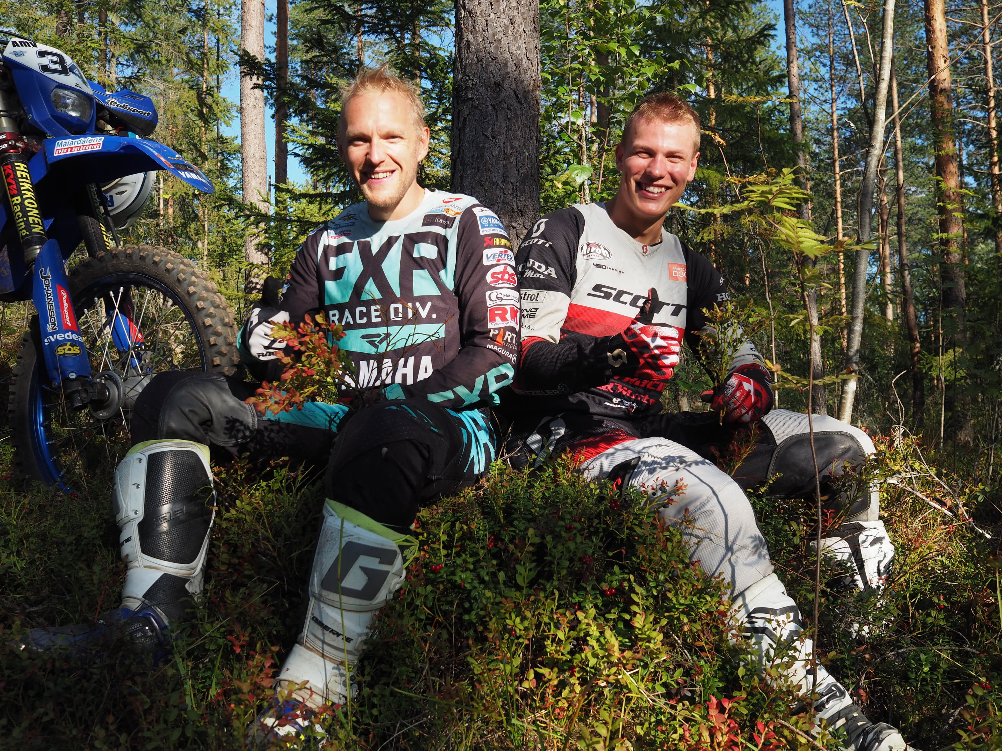 Enduro Roni Kytönen (vas.) ja Eero Remes mustikkahetki