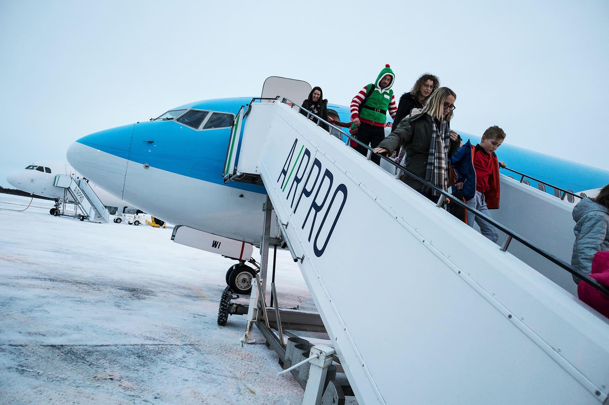 Kuvassa on matkustajia Kittilän lentokentällä.