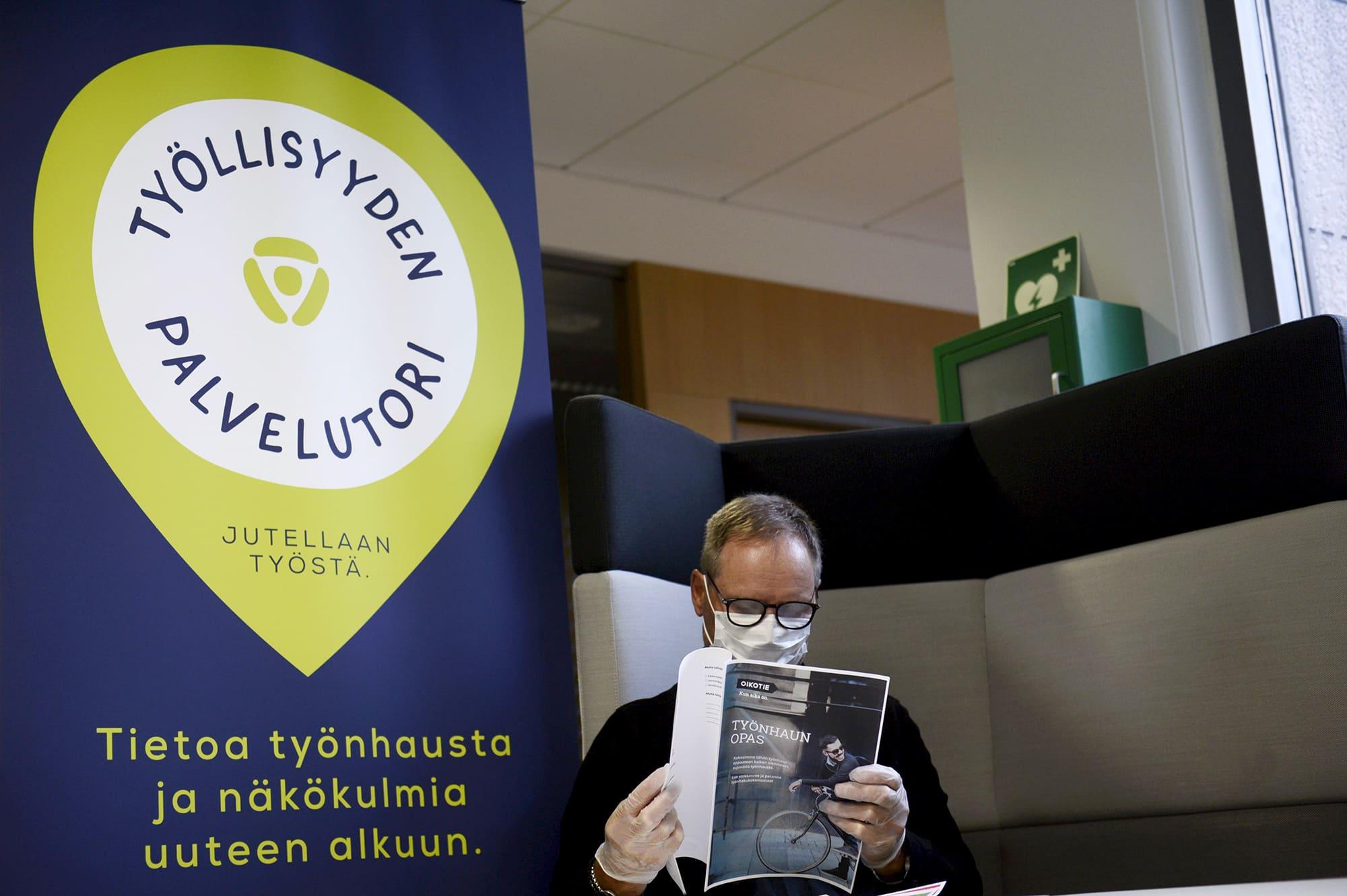 Asiakas Helsingin Työllisyyden palvelutorilla Pasilan TE-toimistossa.