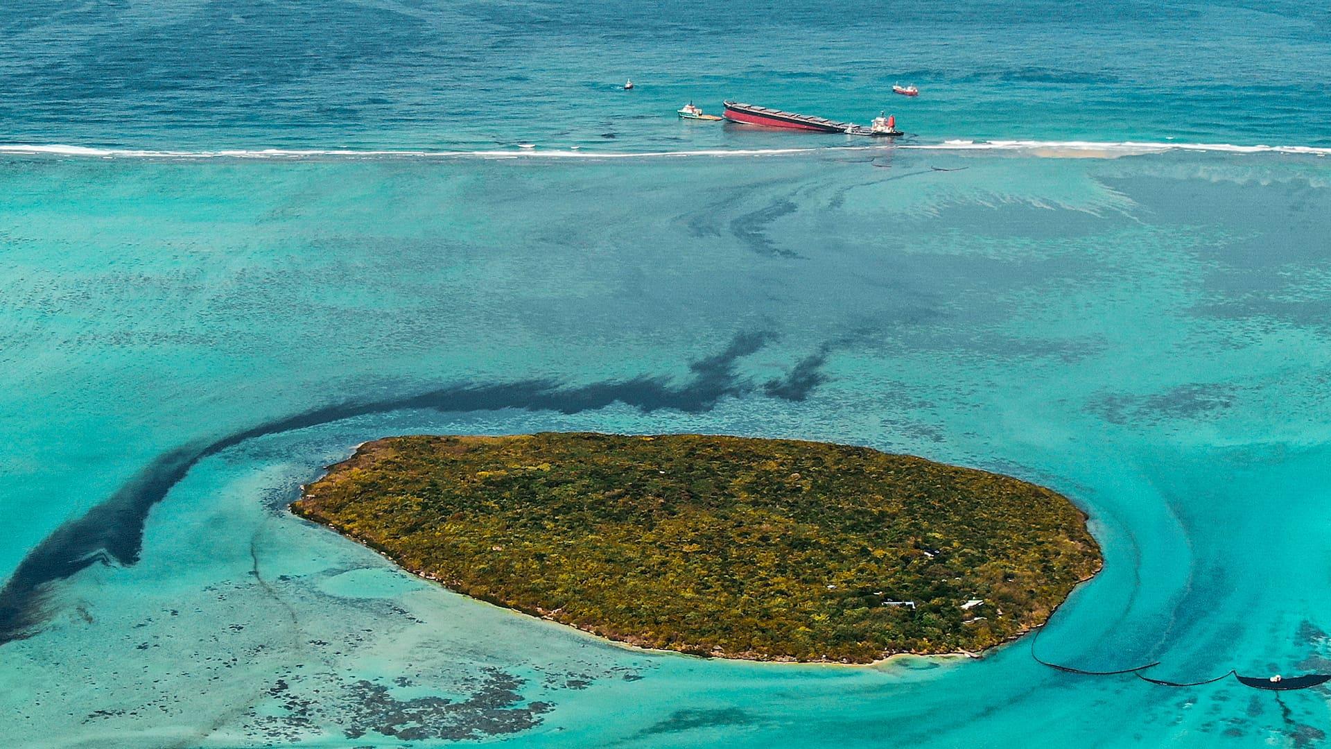 Rahtialus ajoi karille Mauritiuksen rantavesillä heinäkuussa.
