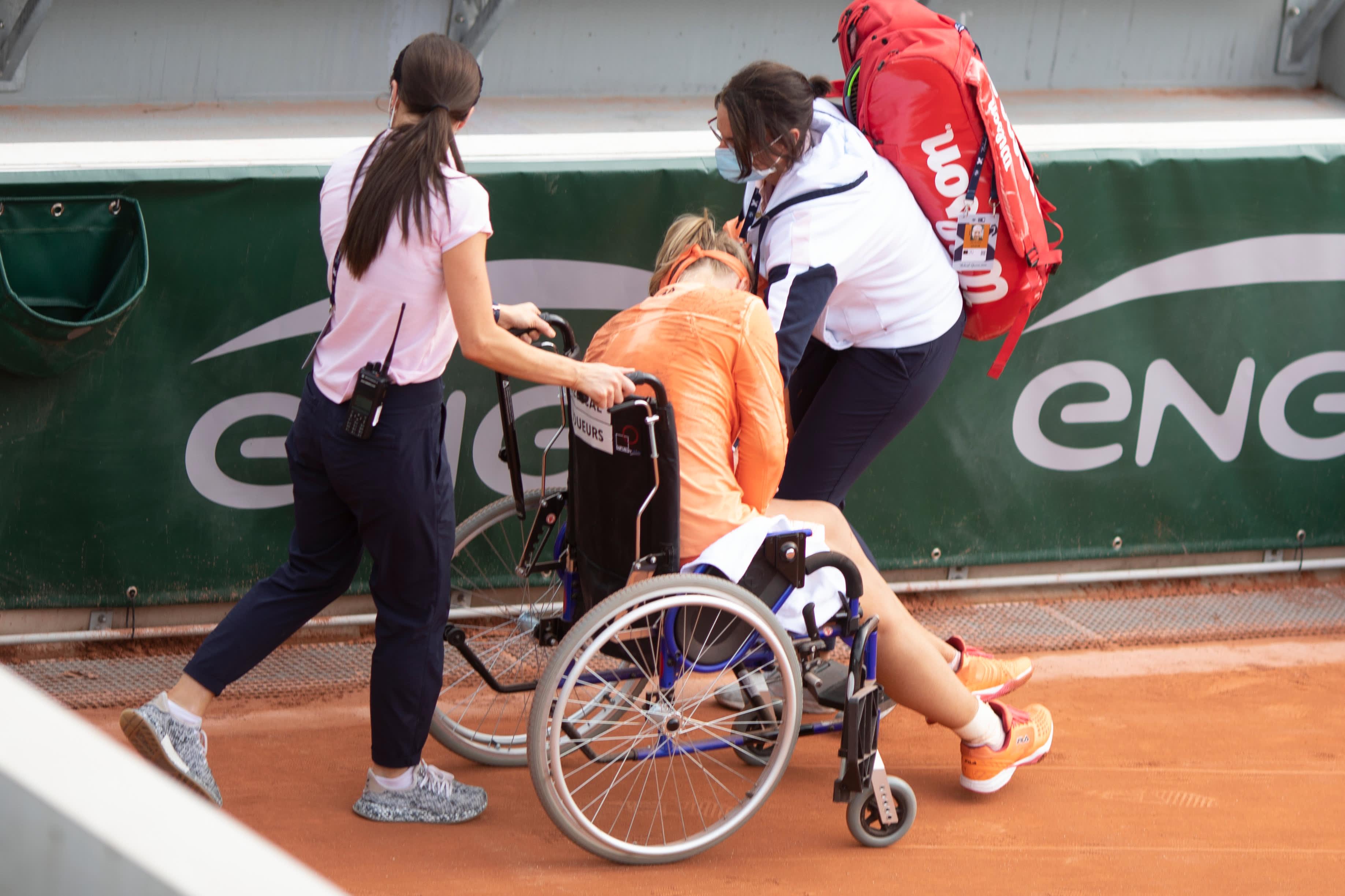Kiki Bertens istuu pyörätuolissa ottelun jälkeen.