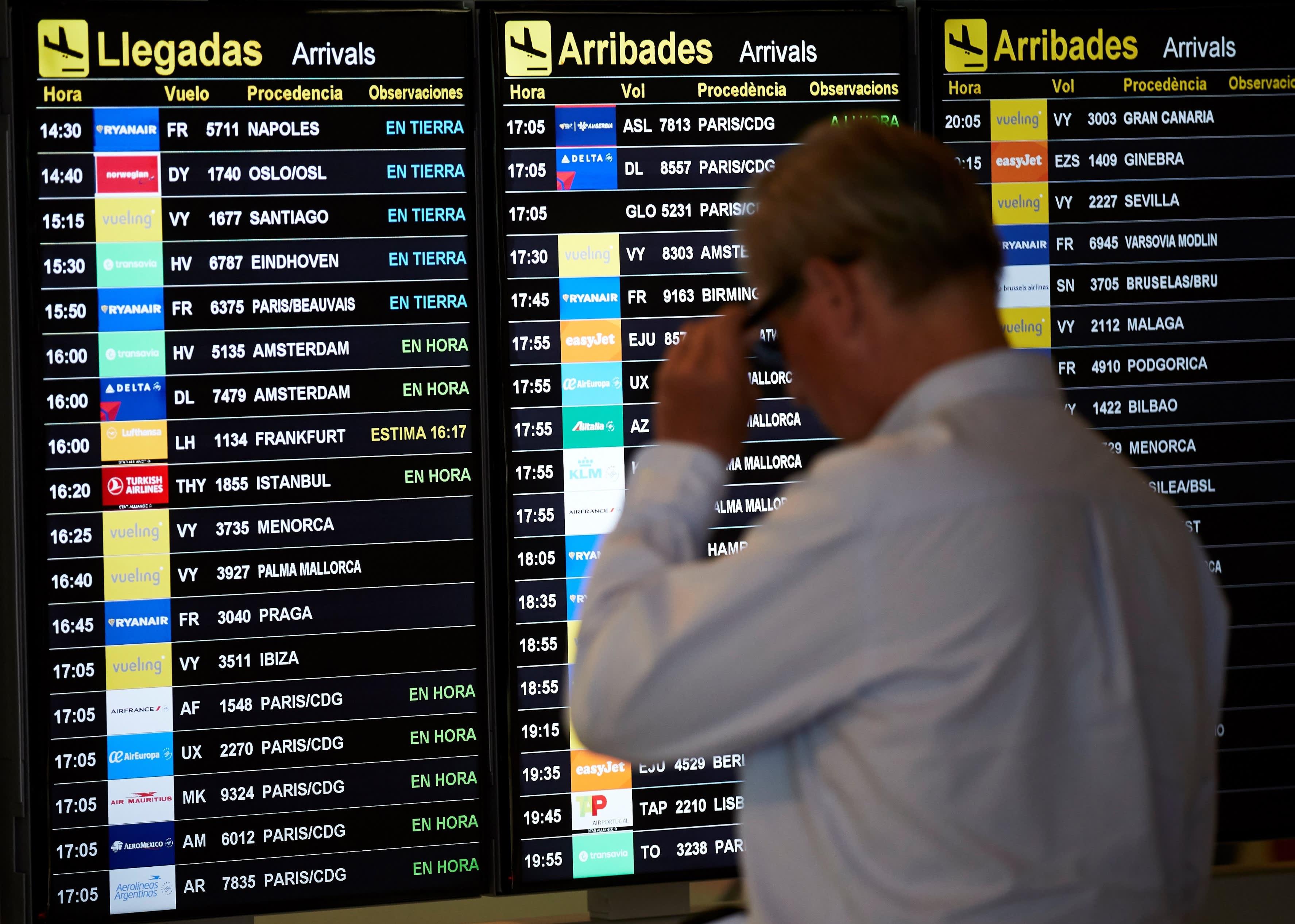 Matkustaja tarkasteli lentojen lähtölistaa Josep Tarradellasin lentoasemalla Barcelonassa Espanjassa 2. heinäkuuta 2020.