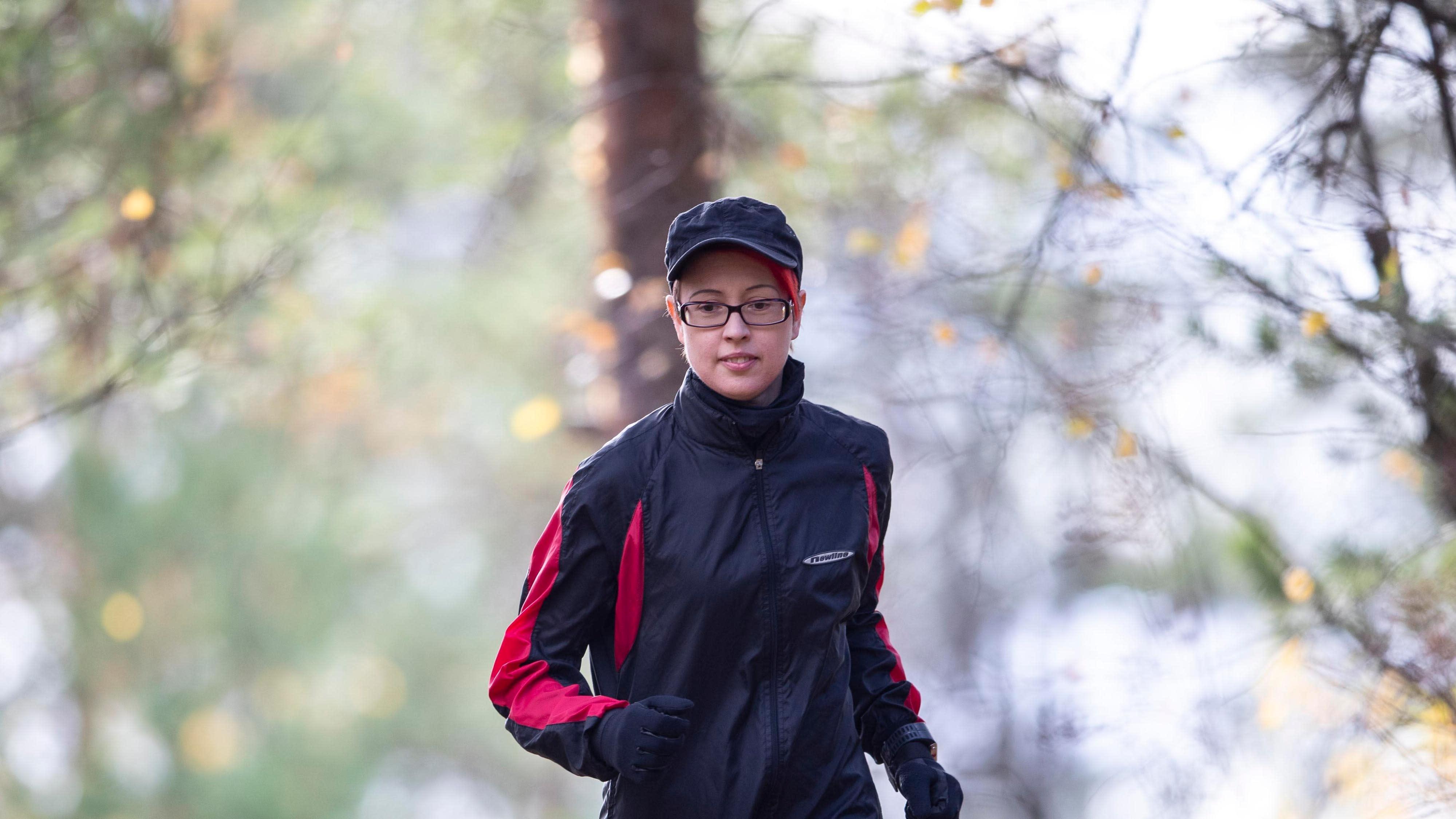 Kati Ahokas juoksee polulla