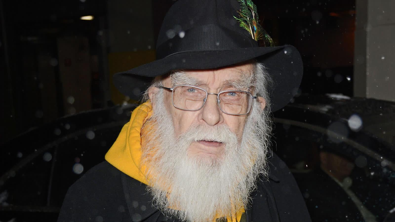 Kuvassa on taikuri James Randi.