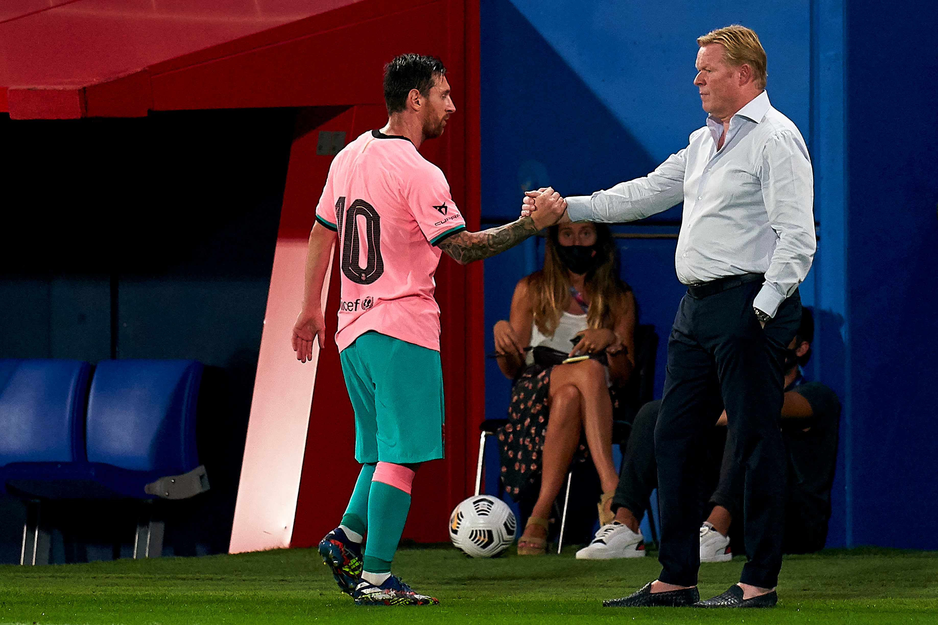Ronald Koeman ja Lionel Messi kättelevät kentän laidalla.