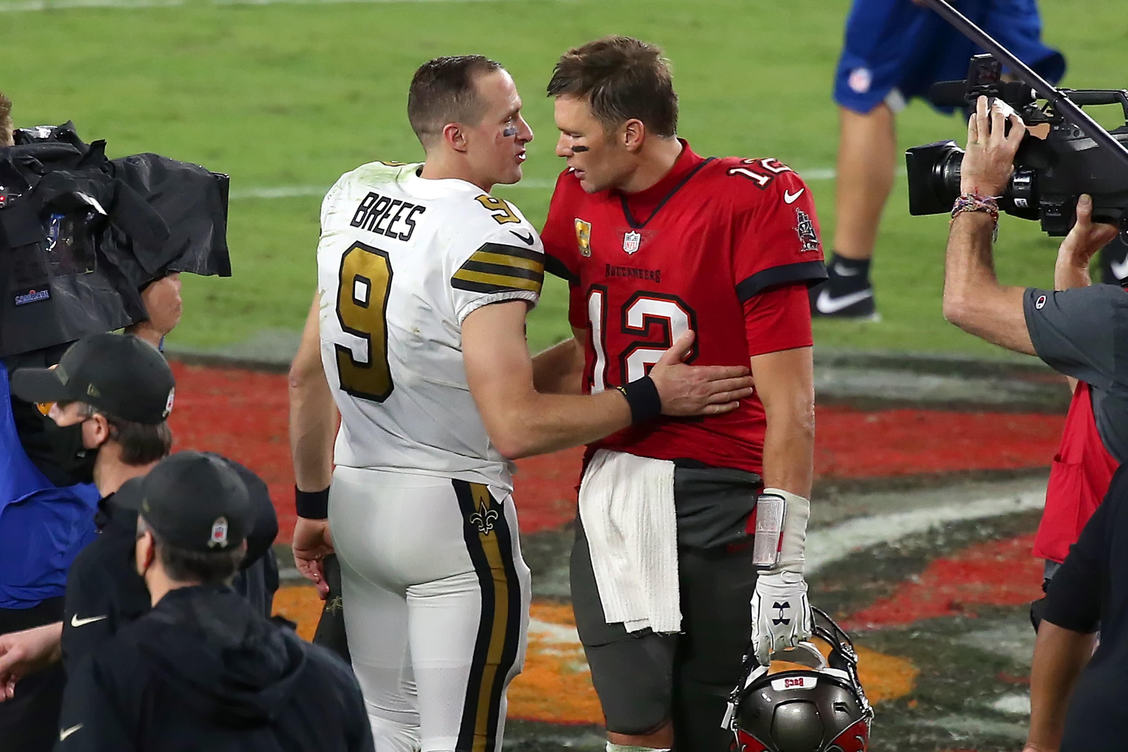 Tom Brady ja Drew Brees keskustelevat kentän laidalla ottelun jälkeen.