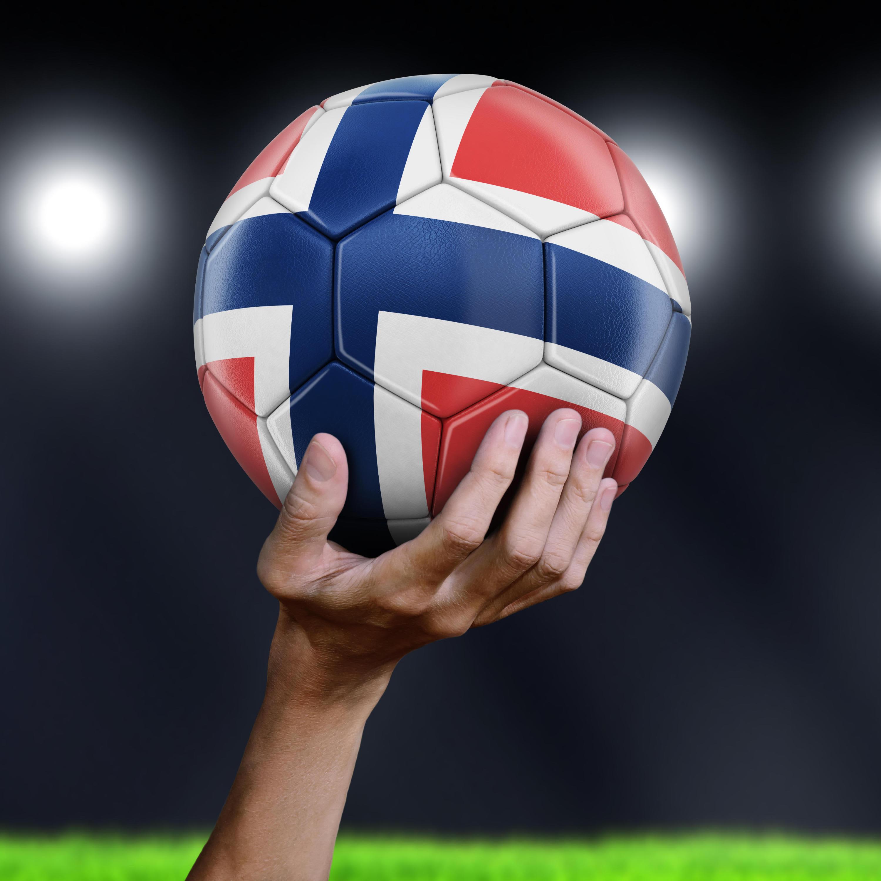 Jalkapallo, jossa on Norjan lippu.