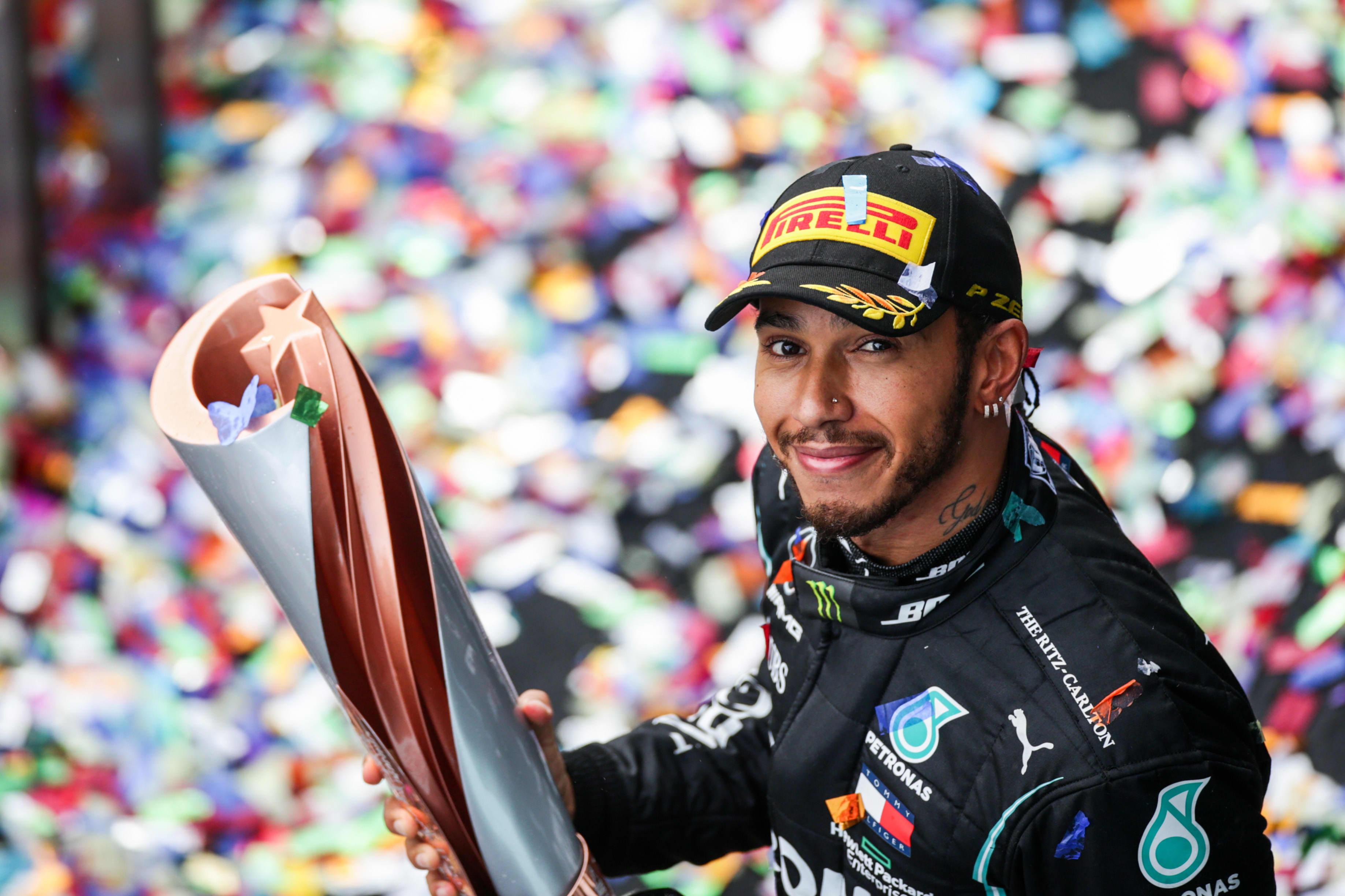 Lewis Hamilton hymyilee voiton jälkeen Istanbulissa 2020. Hän varmisti seitsemännen maailmanmestaruutensa.