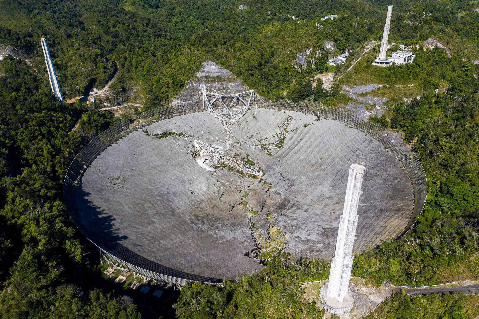 Ilmakuva vaurioituneesta Arecibo Observatoryn teleskoopista.