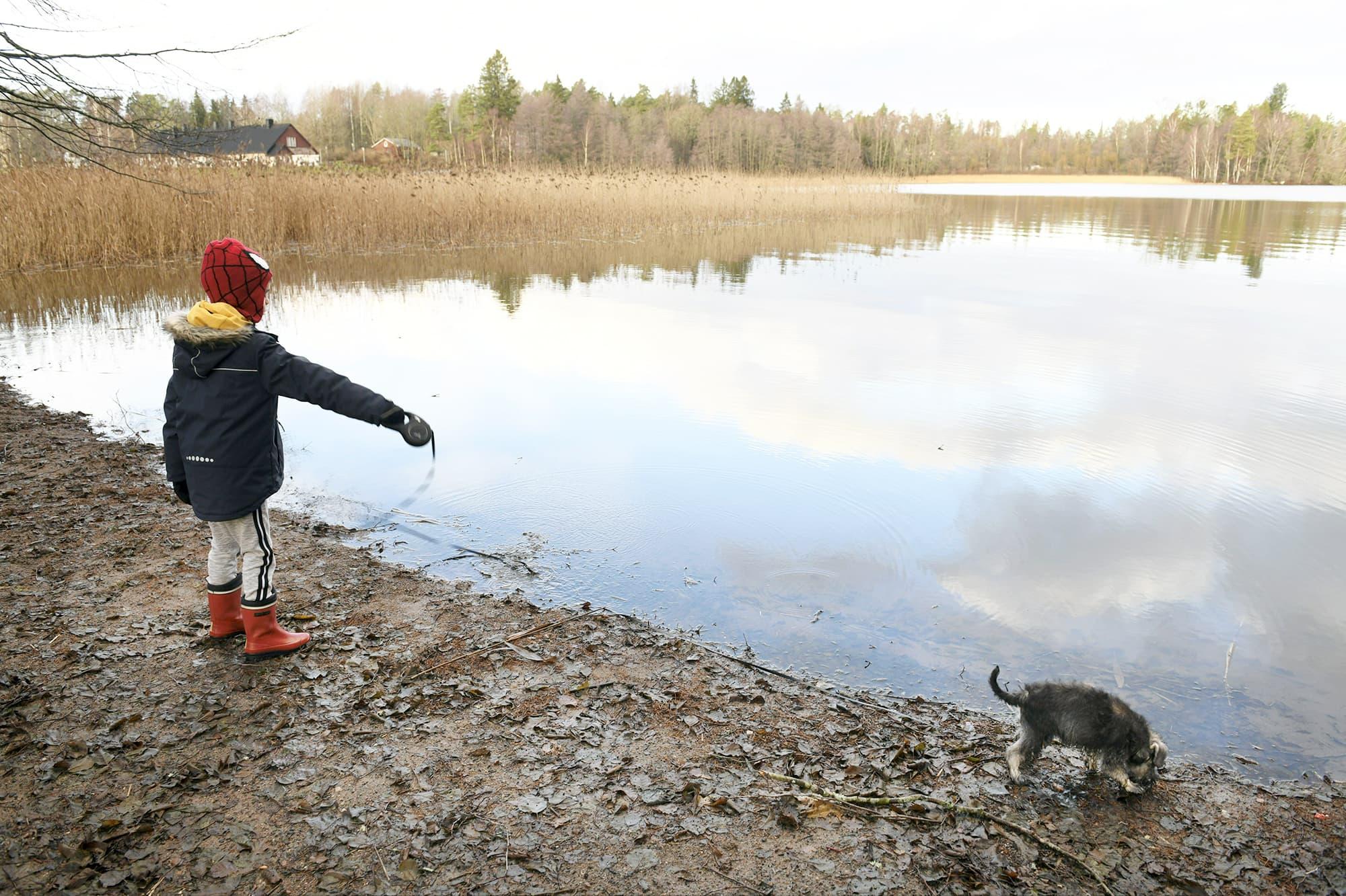 Lapsi ja koira Bodominjärven rannalla Espoossa.