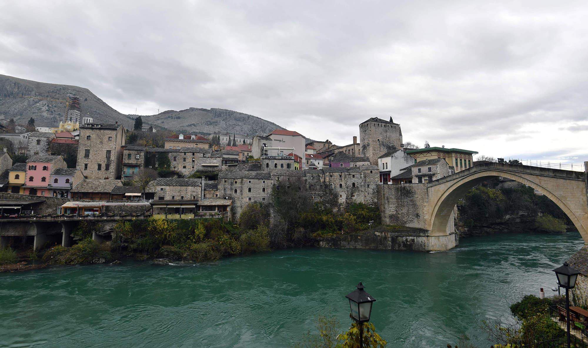 Kuva Mostarin kaupungista Bosniasta.