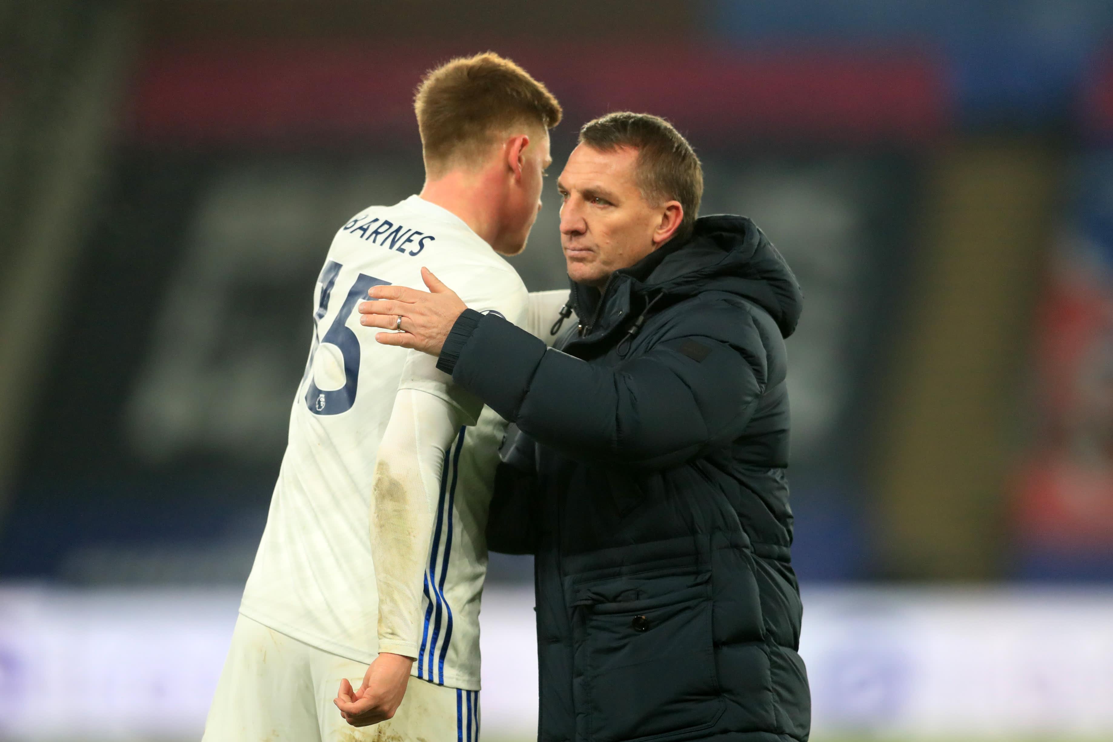 Leicesterin maalintekijä Harvey Barnes saa onnittelut valmentaja Brendan Rodgersilta.