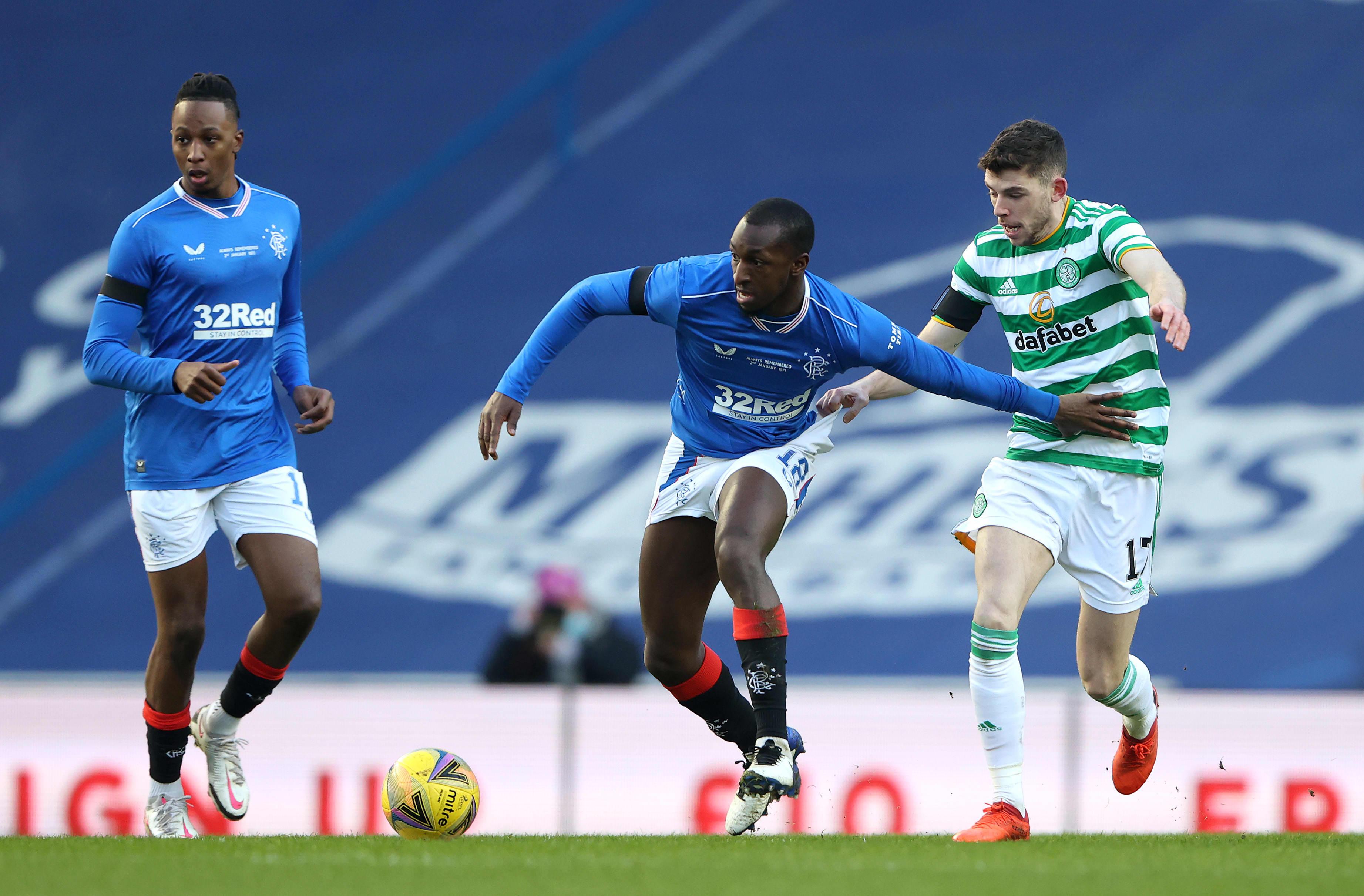 Rangersin Glen Kamara pitää palloa ottelussa Celticiä vastaan.