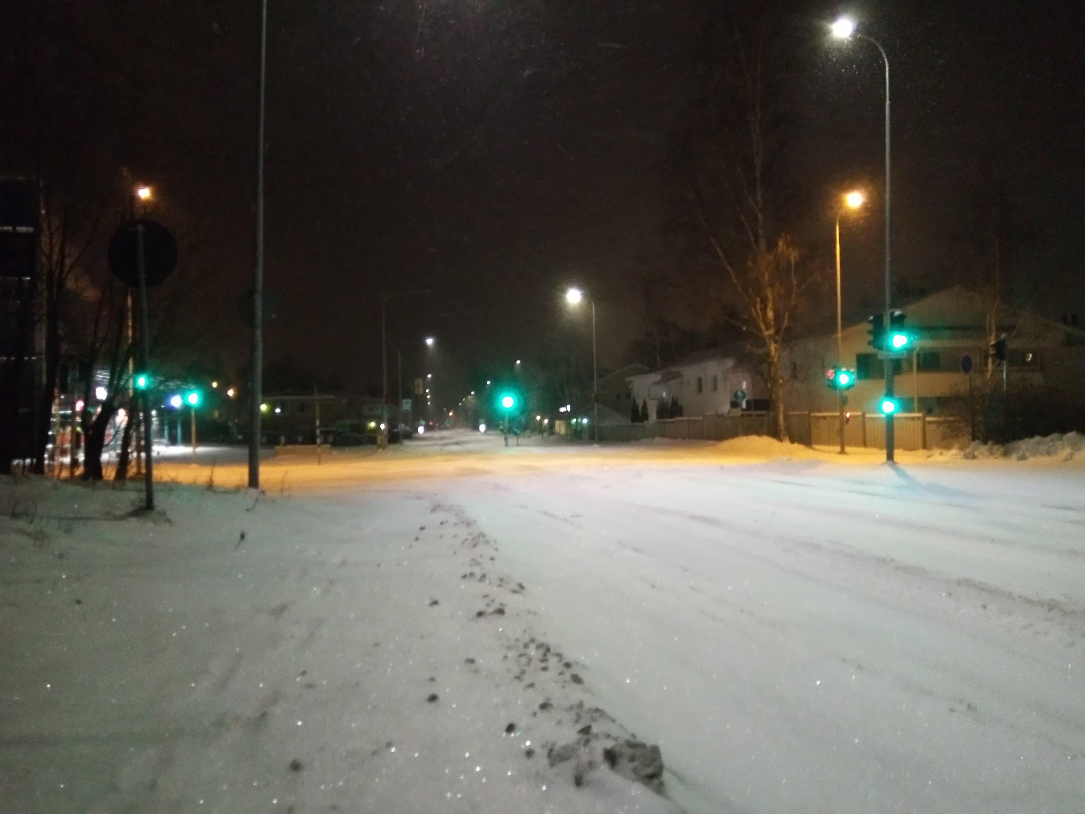 Aamuöinen lumisade on peittänyt kadut ja jalkakäytävät. Auraajia odotetaan vielä.