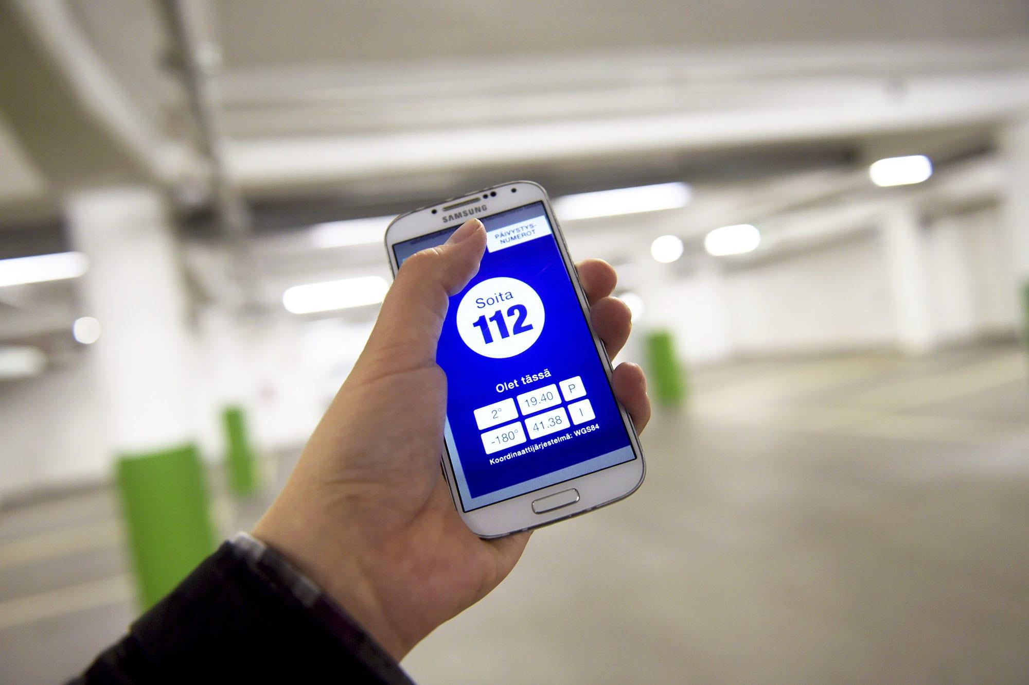 Hätäkeskuksen mobiilisovellus matkapuhelimessa Helsingissä.
