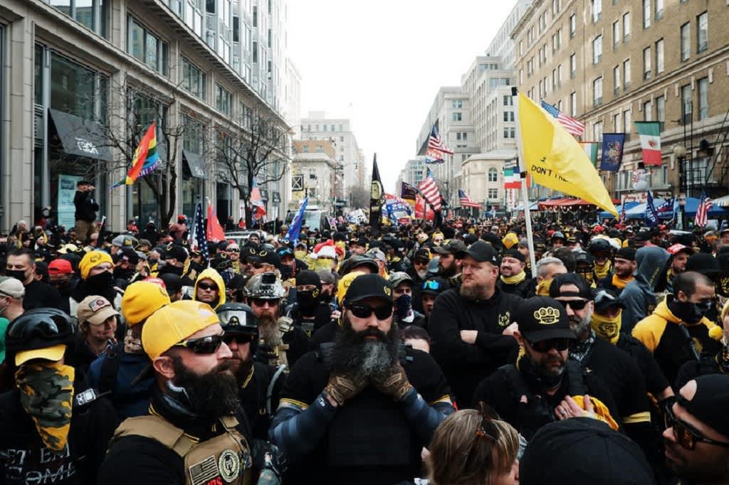 Kuvassa Proud Boysin jäseniä. Monet ovat pukeutuneet mustiin, myös heillä on päällä myös keltaista eli järjestön toista tunnusväriä.