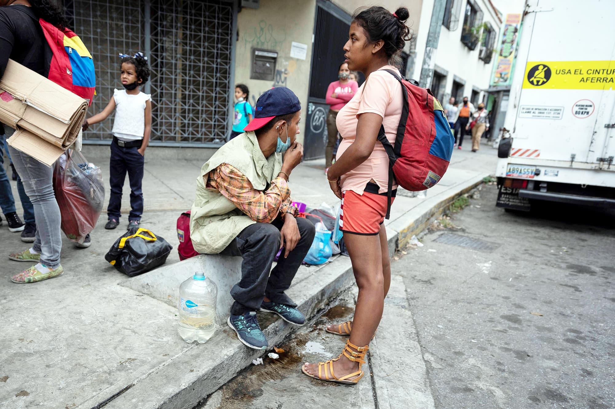 Ihmiset odottavat avustuksia kadulla.