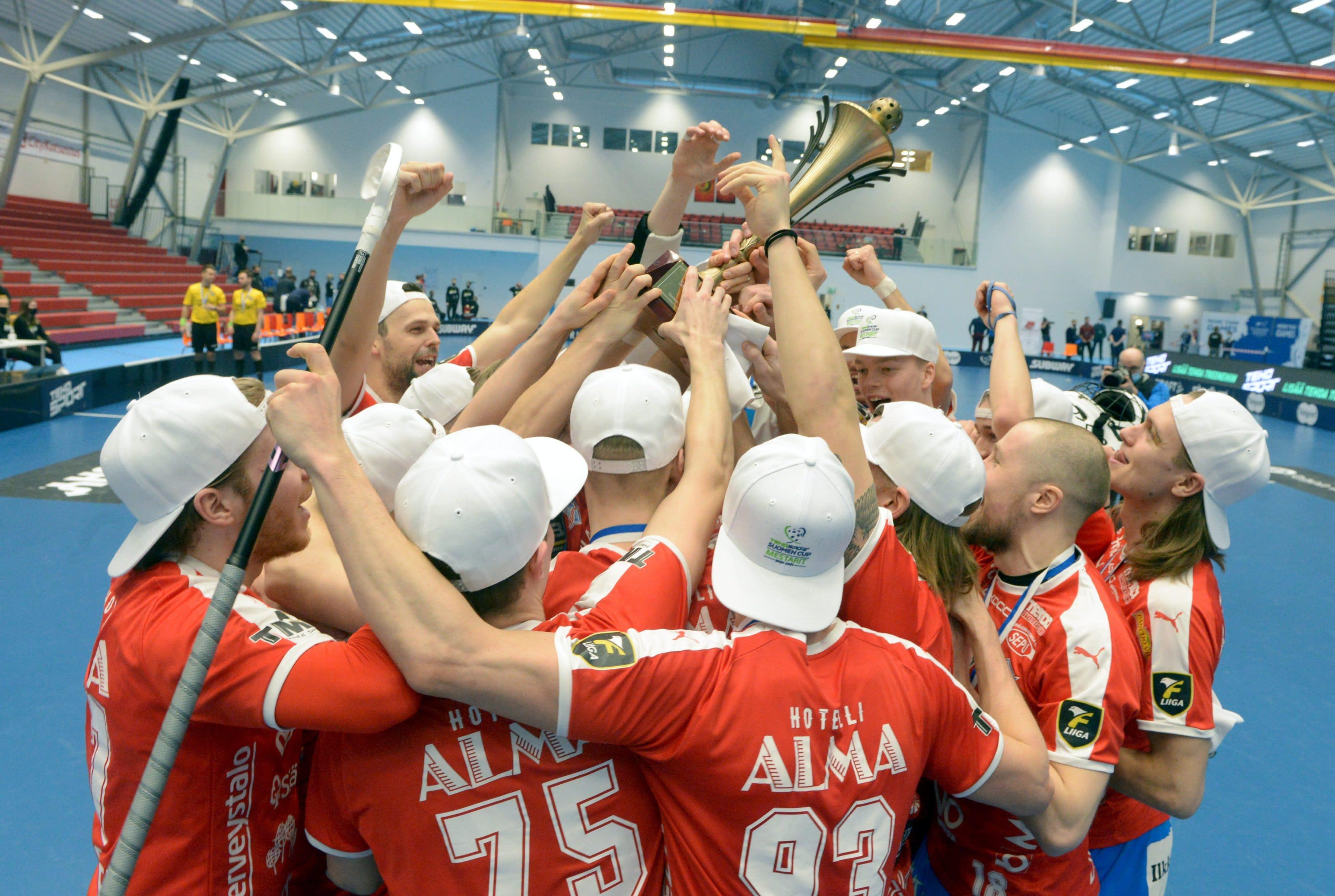 SPV:n pelaajat juhlivat kuvassa