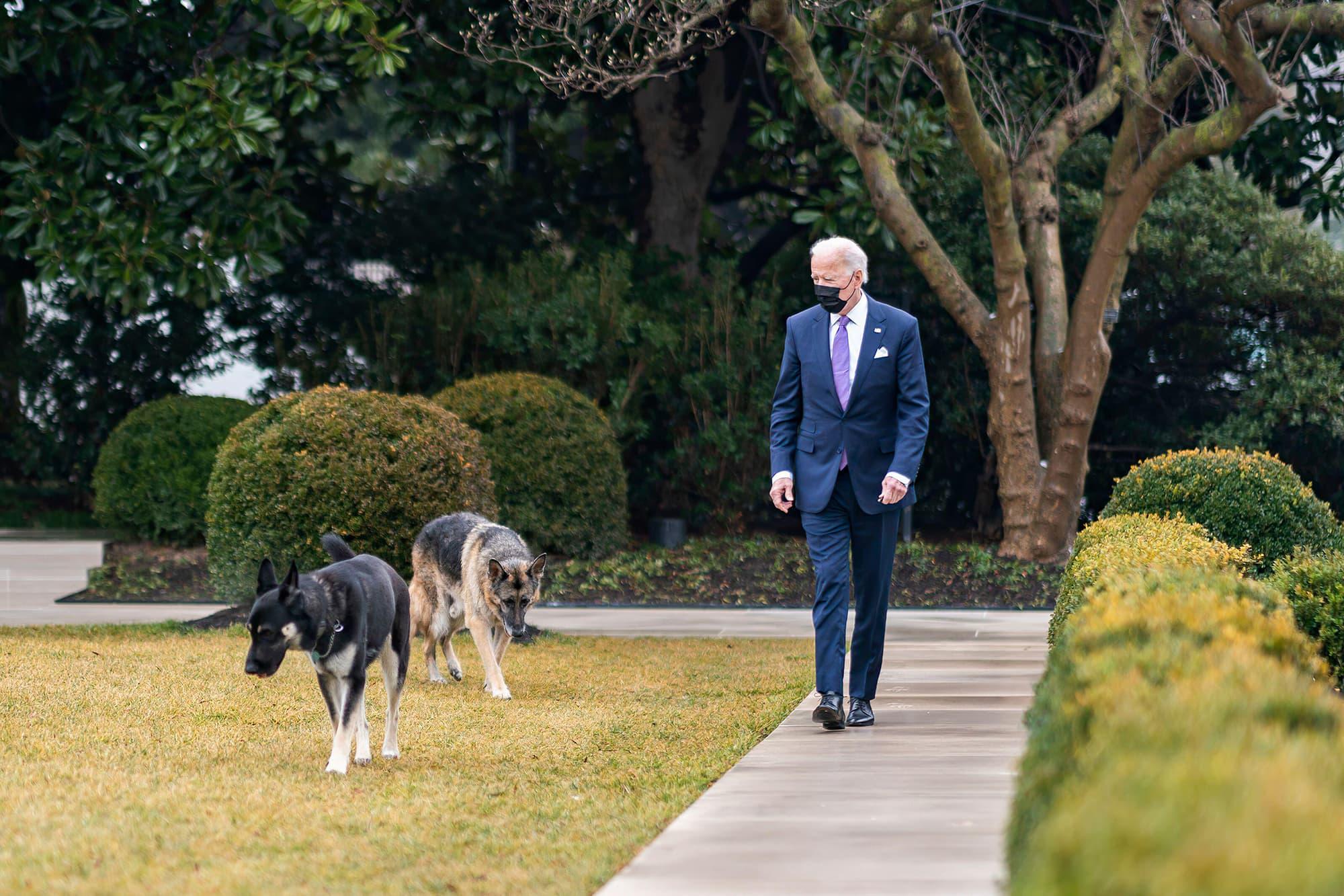 Joe Biden käyskenteli Valkoisen talon puutarhassa.