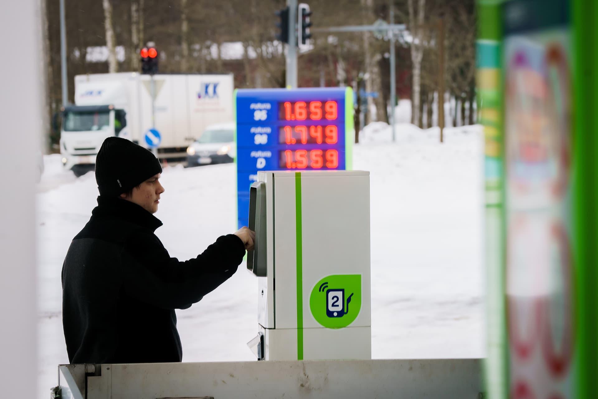 Mieshenkilö maksamassa polttoaineostosta automaatilla Vantaan Variston Neste-huoltamolla.