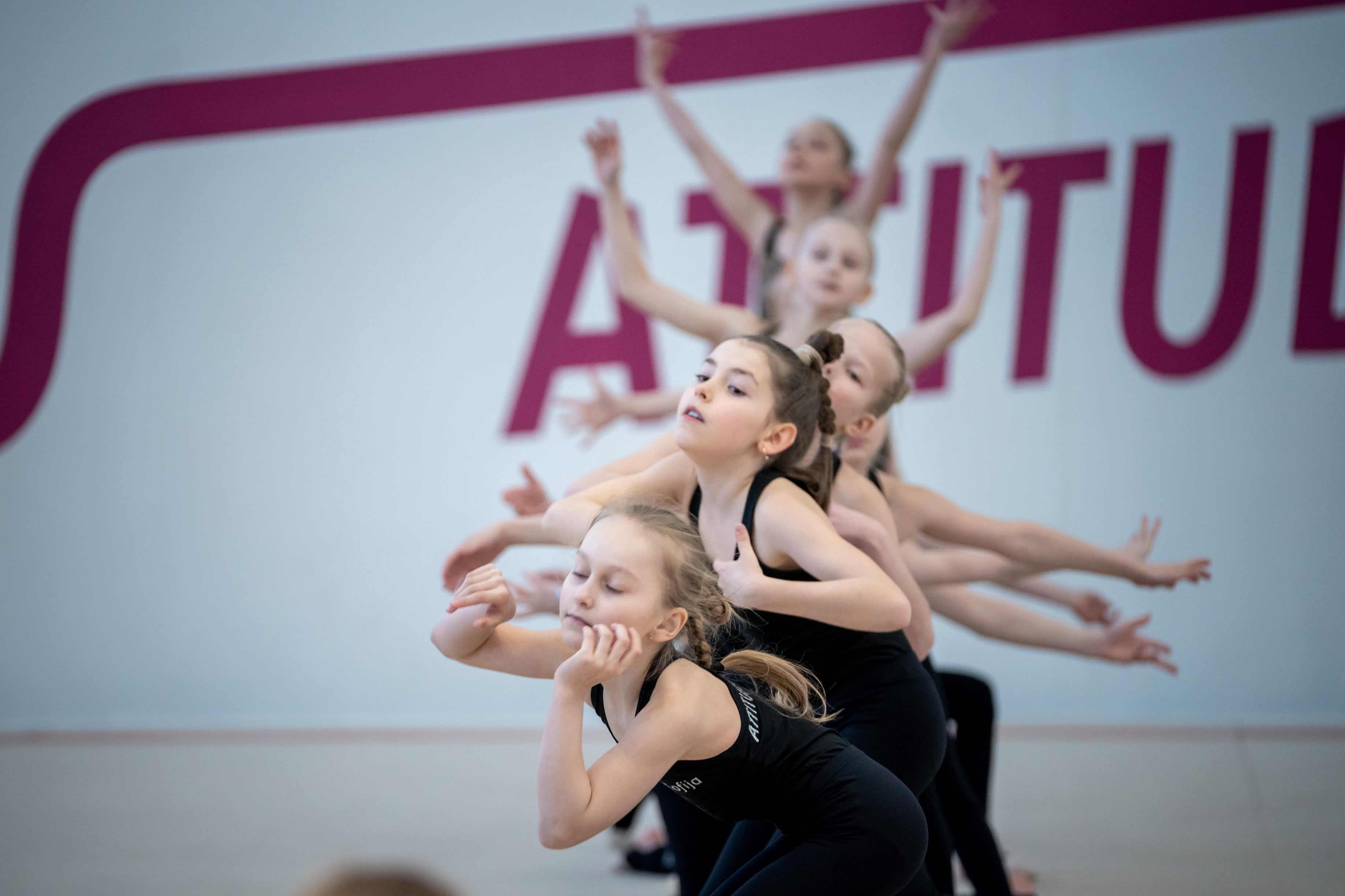 Joukkuevoimisteluryhmä Attitude Kids treenaa seuran omalla salilla.