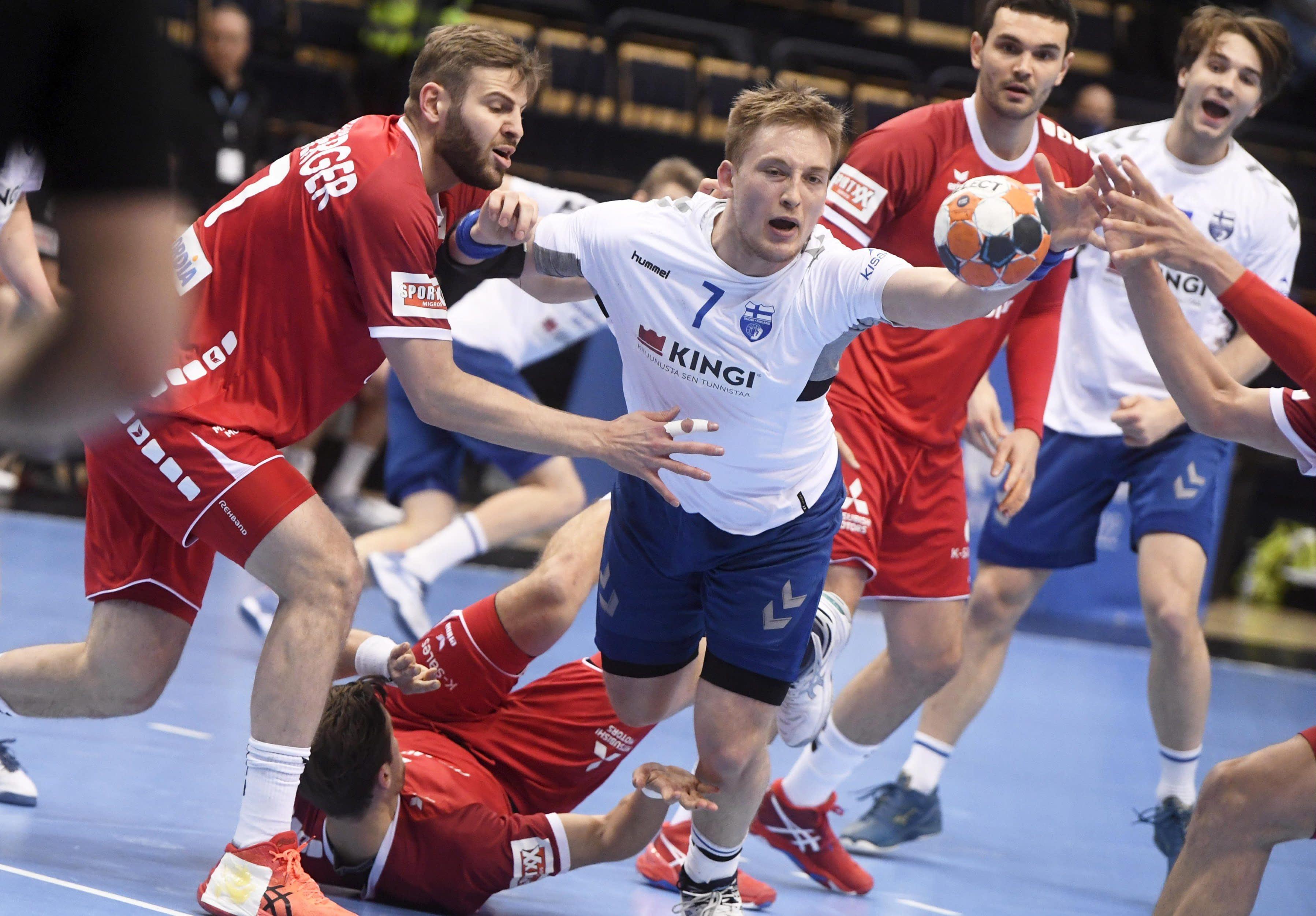 Suomen Fredrik Forss (7) ja Robin Granlund Sveitsin puolustuksen keskellä. Sveitsin maalia varjelevat Samuel Röthlisberger (vas), Cedrie Tynowski (lattiassa) ja Michal Svajlen (8).