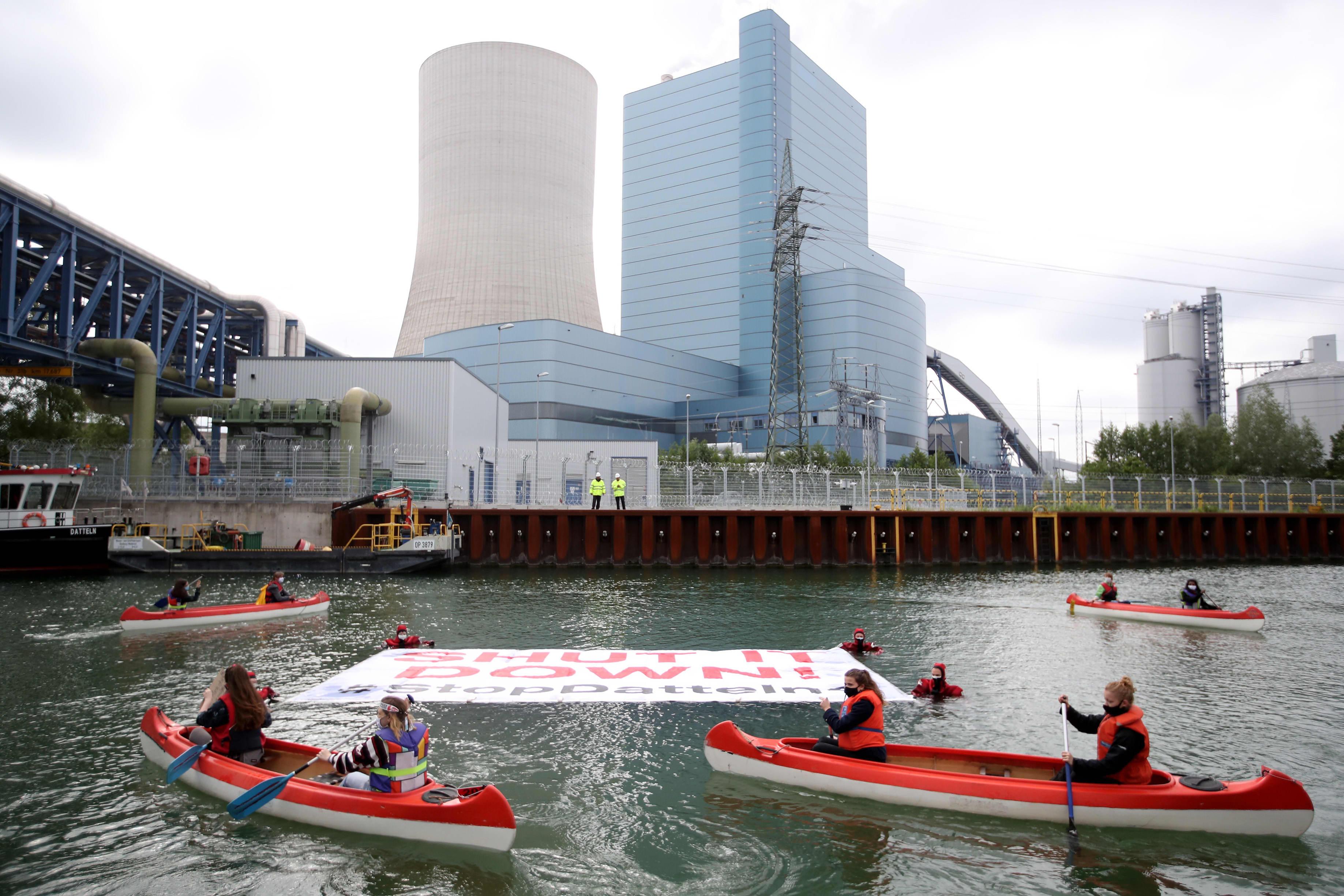 Greenpeacen ja Fridays For Futuren aktivistit osoittivat mieltään Uniperin Datteln 4 -hiilivoimalan edustalla 20. toukokuuta 2020.
