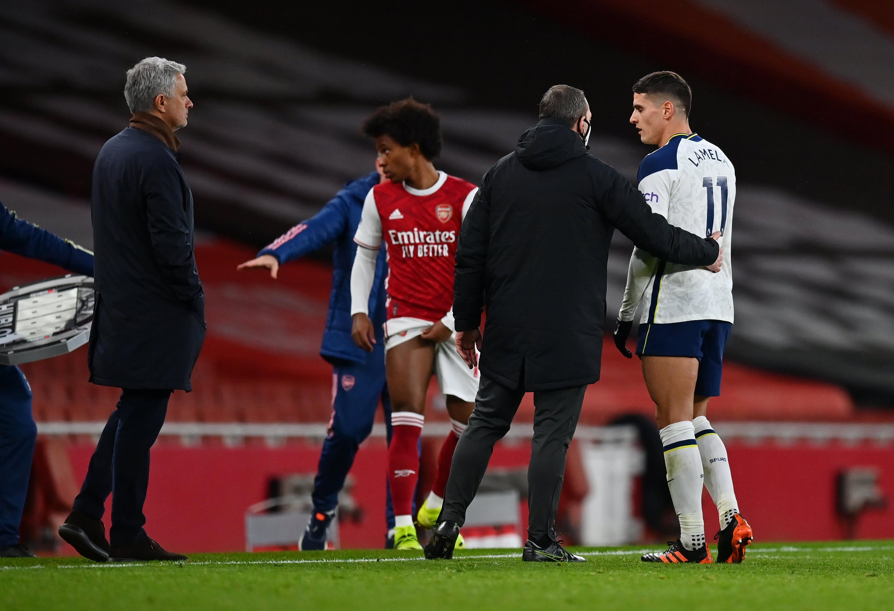 Tottenhamille komean maalin tehnyt Erik Lamela poistuu kentältä punaisen kortin takia.