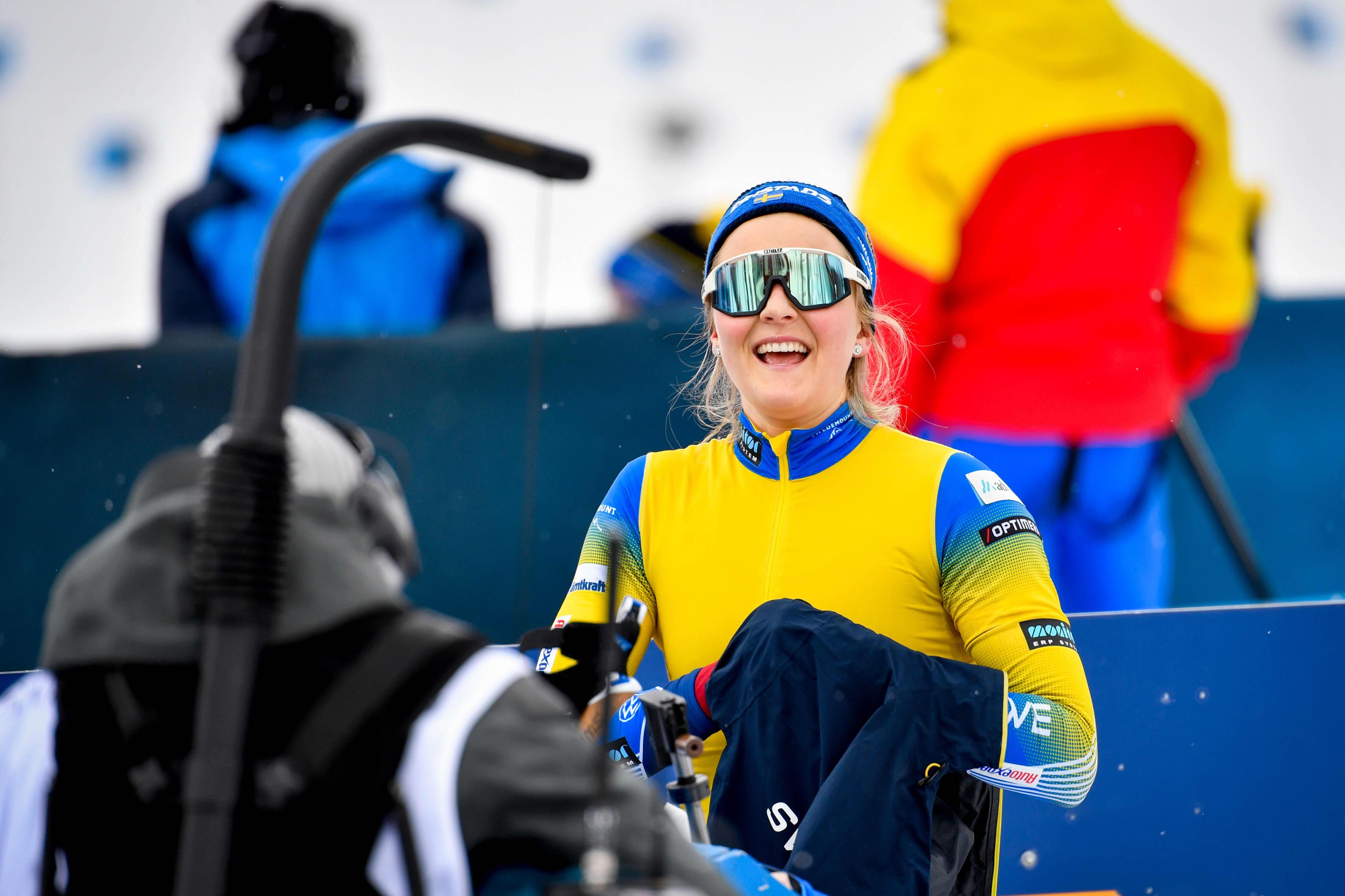 Stina Nilsson hymyilee hiihtolasit silmillään pikakisan maalissa.