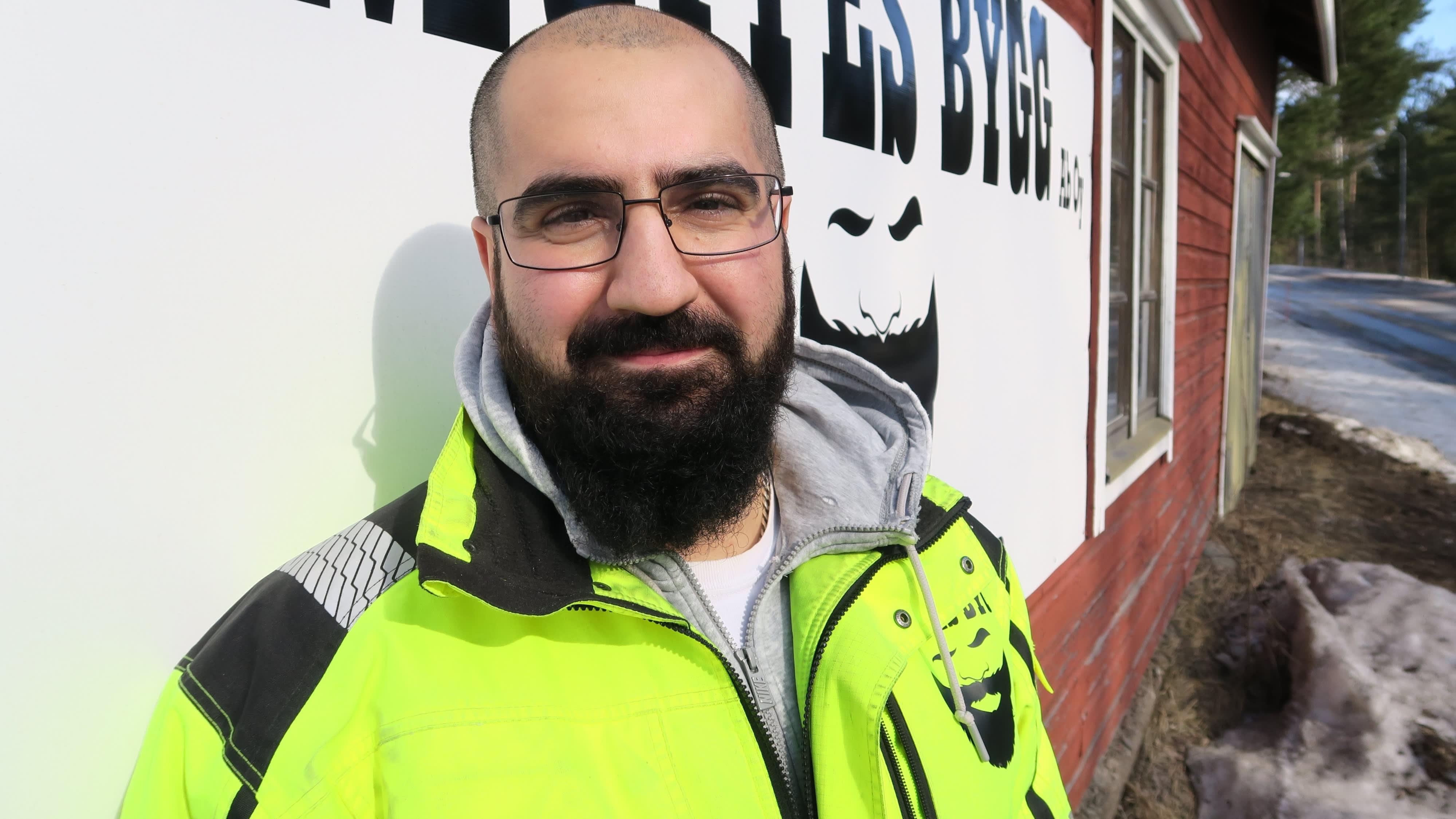"""Mufid """"Muffe"""" Azadin rakennusfirman kalenteri on täynnä kuukausiksi eteenpäin."""
