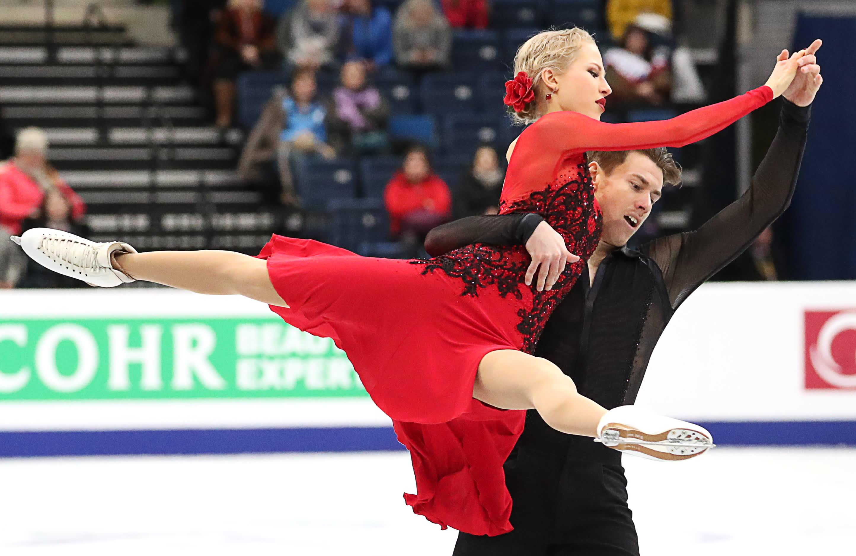 Matthias Versluis nostaa Juulia Turkkilaa kilpailussa.