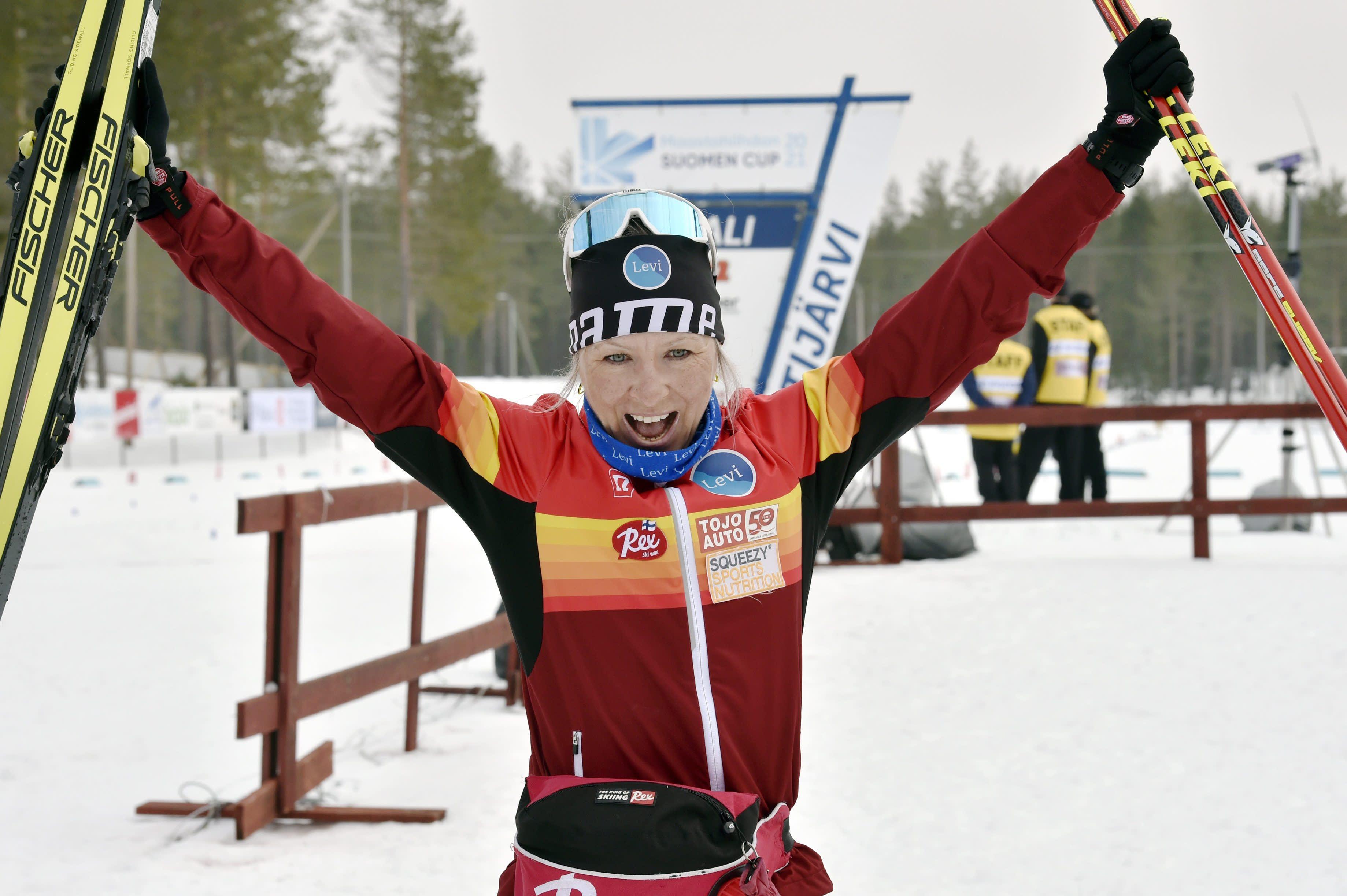 Riitta-Liisa Roponen tuulettaa SM-kultaa