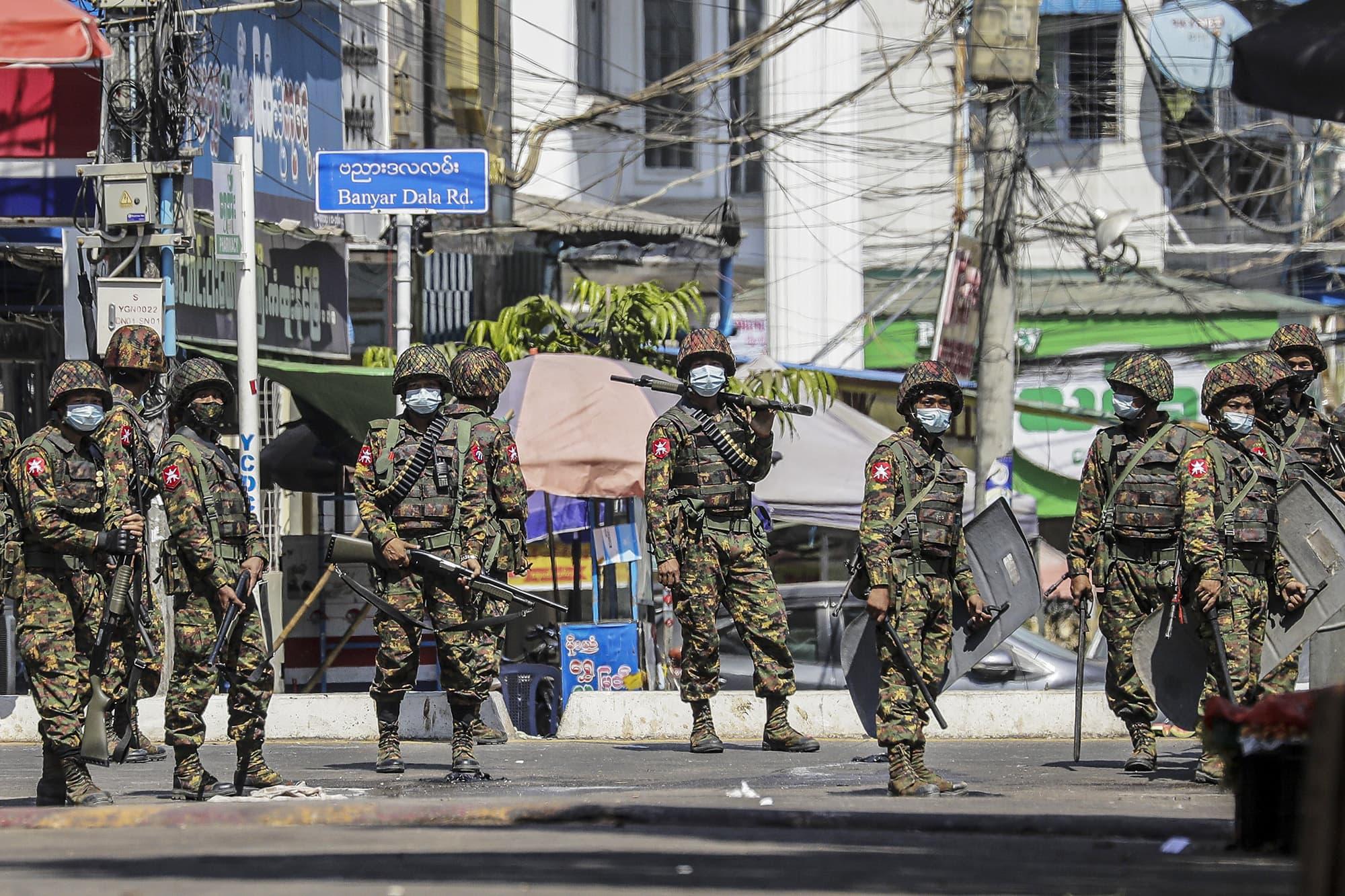 Myanmarin armeijan sotilaita Yangonin kadulla.