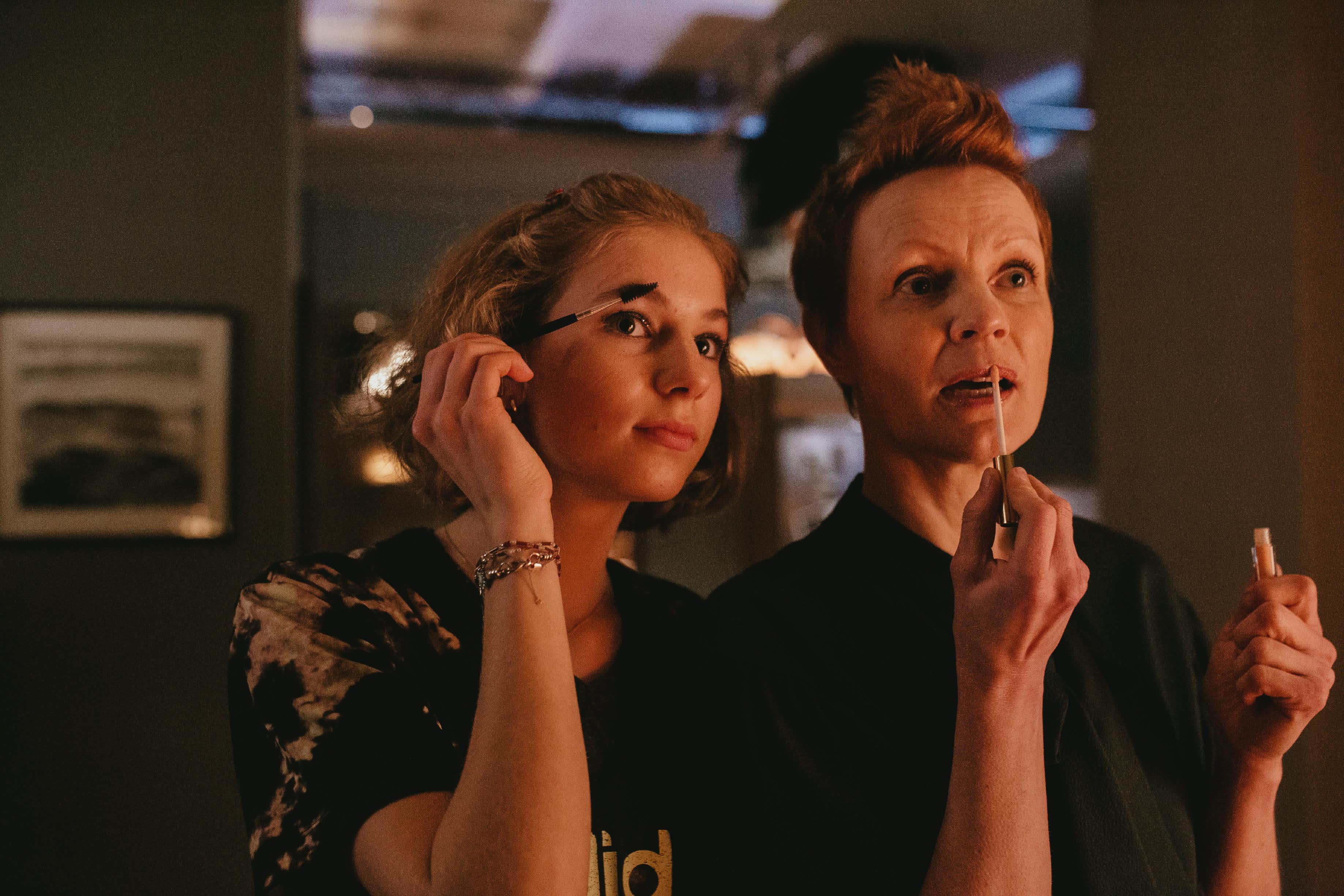 Stella Leppikorpi ja Minna Haapkylä Aleksi Salmenperän elokuvassa Kupla.