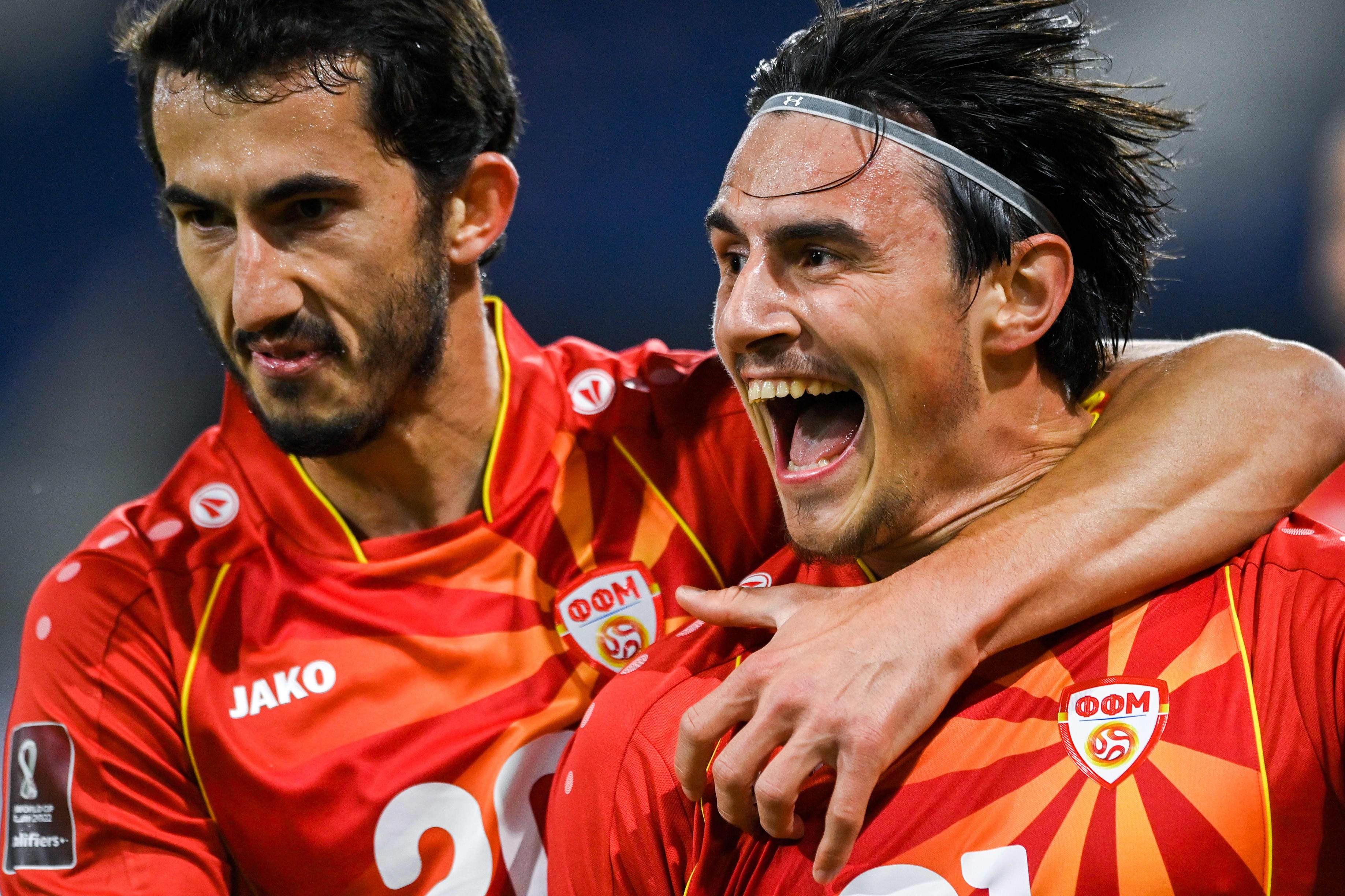 Eljif Elmas (oikealla) juhlii maalia Stefan Spirovskin kanssa.