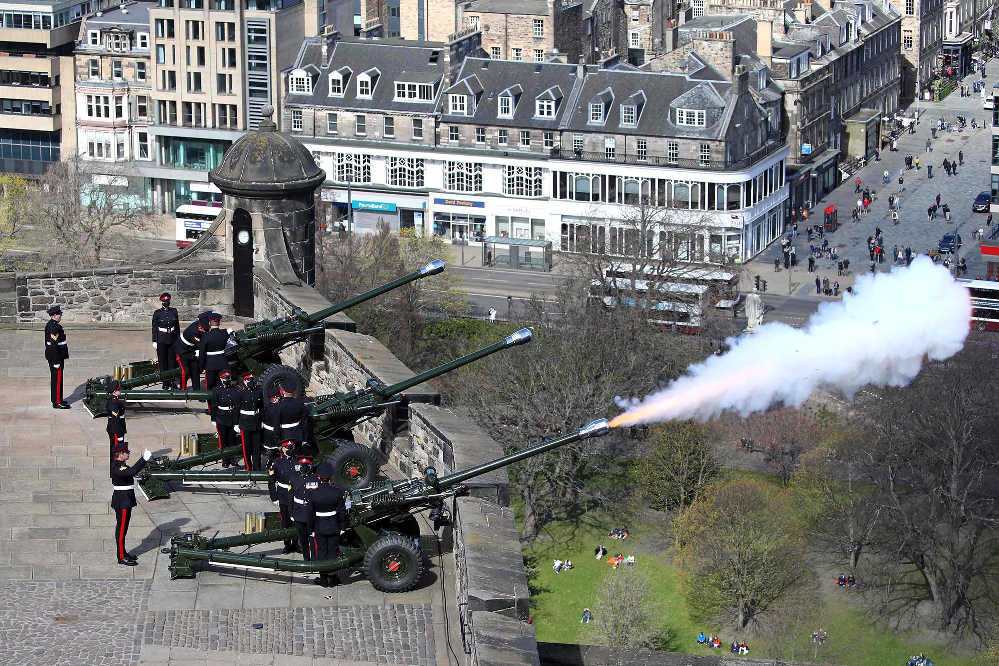 Sotilaat ampuvat kunnialaukauksia vanhoilla tykeillä Edinburghissa.