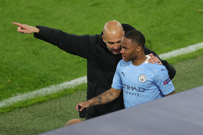 Manchester Cityn valmentaja Pep Guardiola neuvoo vaihtomies Raheem Sterlingiä.