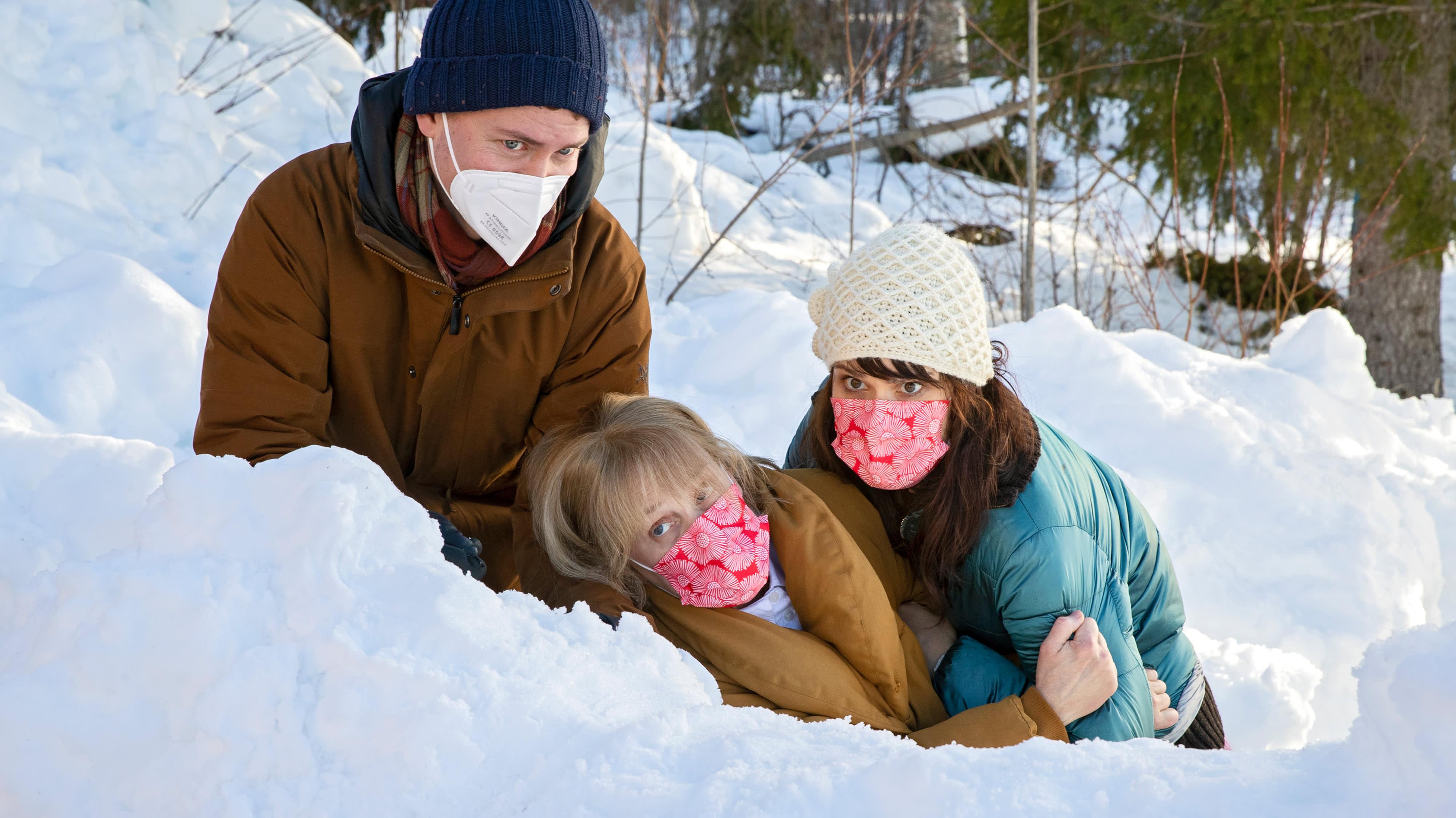 Huonot naiset elokuvan kuvauksissa ohjaaja Niklas Lindgren, näyttelijä Leea Klemola ja näyttelijä Eeva Semerdjiev katsovat kameraan lumihangessa.