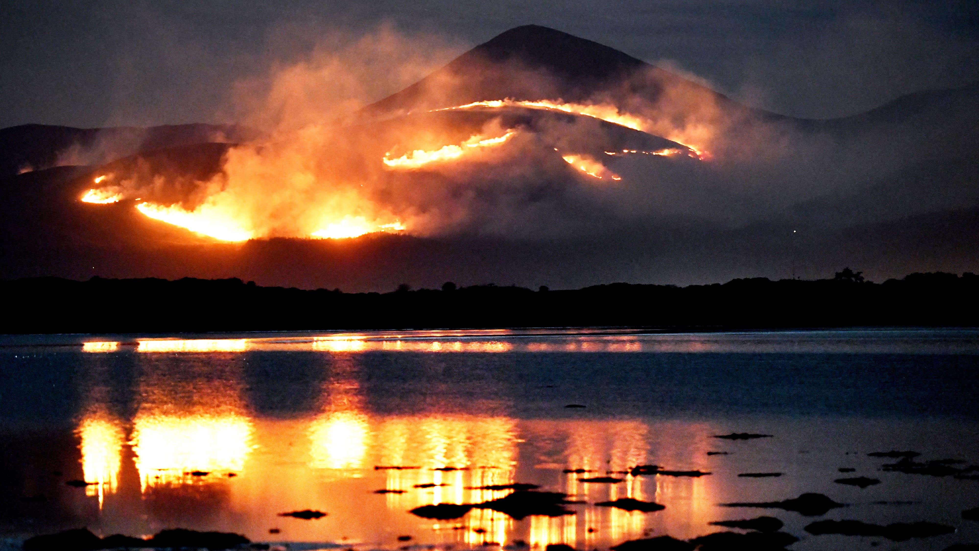 Metsäpalo Mourne Mountains tasangolla Pohjois-Irlannissa 24.4.2021.