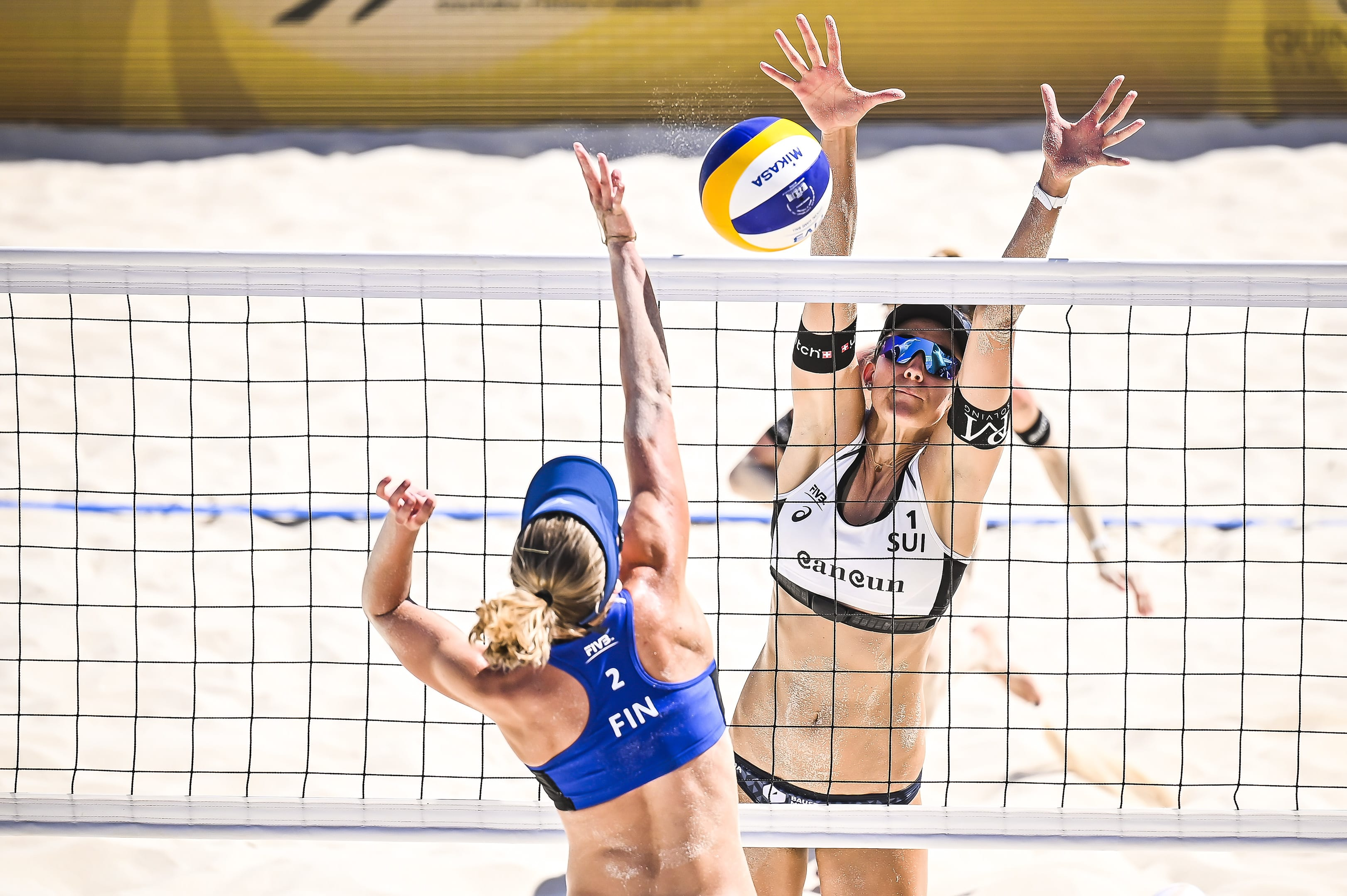 Niina Ahtiainen pelaamassa sveitsiläisparia vastaan beach volleyn maailmankiertueen turnauksessa Cancunissa Meksikossa.