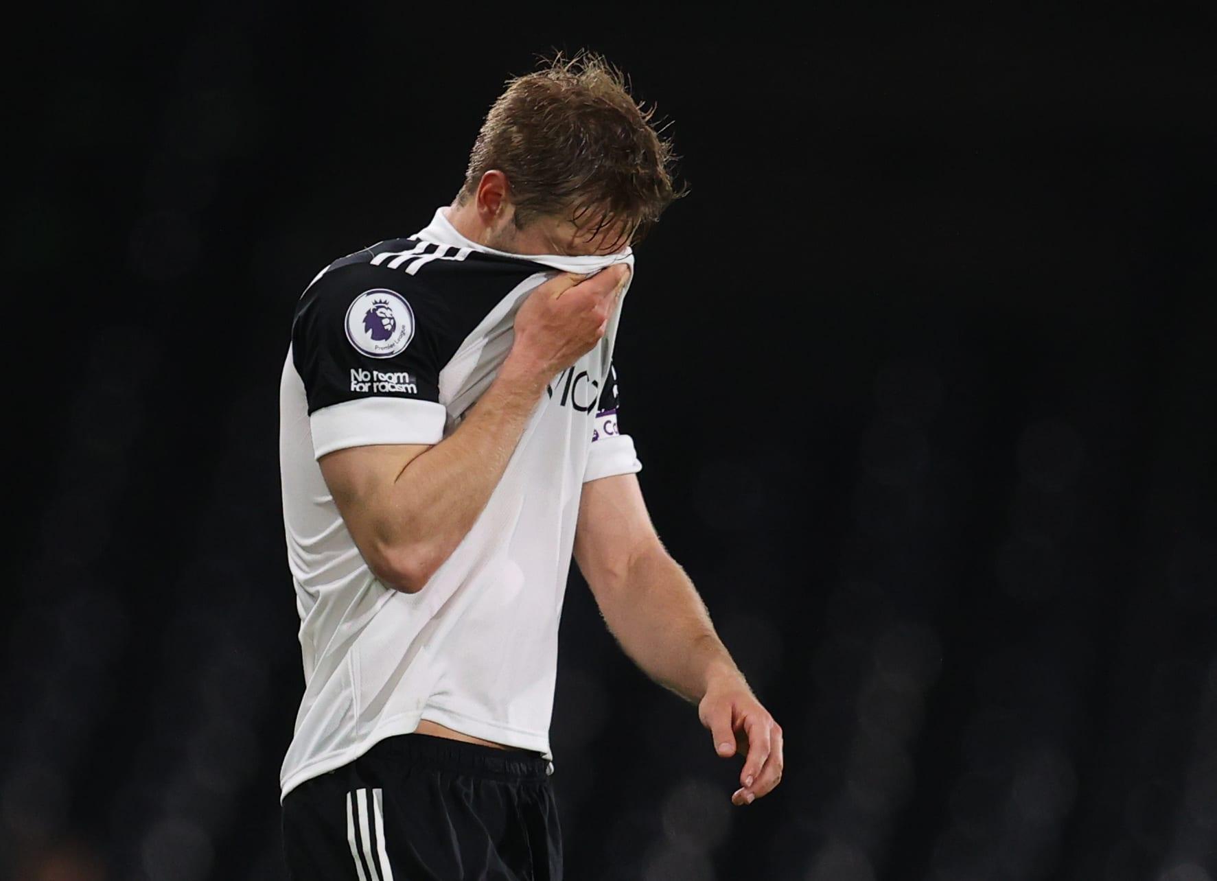 Fulhamin Joachim Andersen pää painuksissa.