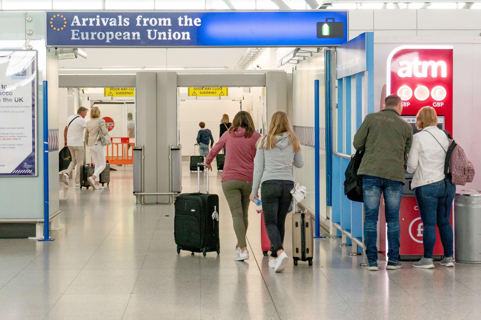 Matkustajia Lontoon Stanstedin lentokentällä.