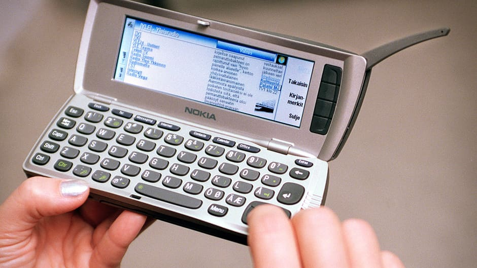 Henkilö käyttämässä Nokia Communicatoria.