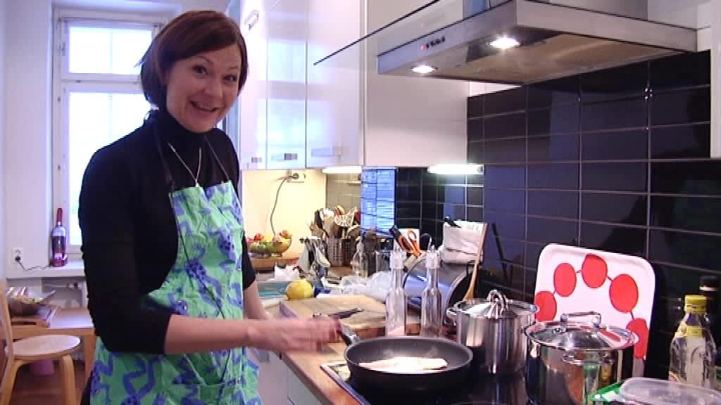 Minna Arve kokkaa kuhaa Ylensyöntiä Varsinais-Suomessa -sarjassa.