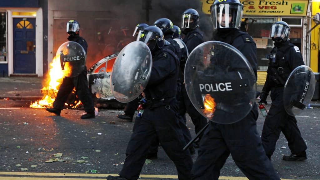Mellakkapoliiseja Pohjois-Lontoon Hackneyssa.