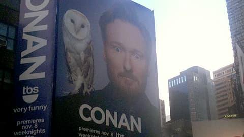 Conan O'Brienin suuri mainostaulu New Yorkin Times Squarella.