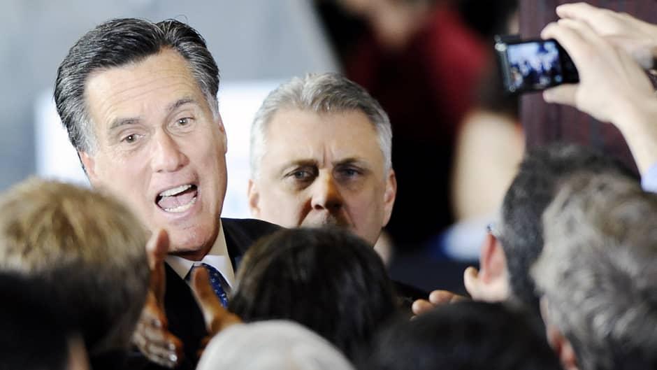 Mitt Romney tervehtii kannattajiaan Bostonissa
