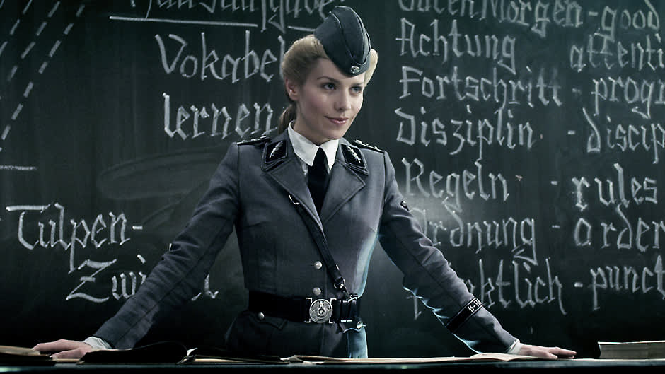 Julia Dietze on natsiopettajattarena luokan edessä.