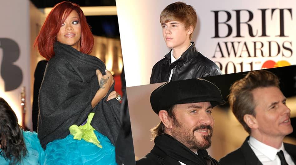 Rihanna (vas.), Justin Bieber (oik. ylh.) ja Take That'in Simon LeBon sekä John Taylor (oik. alh.) Brit Awards 2011-palkintojenjakotilaisuudessa.