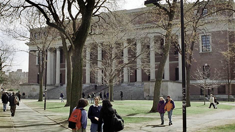 Opiskelijoita käyskentelee Harvardin yliopiston puistikossa.